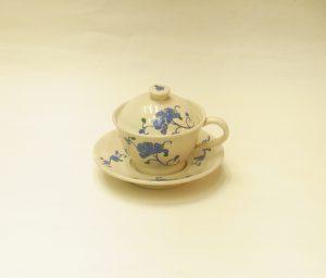 陶器 清水焼 蓋付き コーヒーカップ&ソーサー 珍しい あまりない 紅茶 ハーブティー スープカップ 冷めにくい 寒い時期に最適 ホコリやゴミが入らない 衛生的 ブルーの花 きれい 優しい色 映えて目立っている こんもりした蓋 可愛らしい形 摘みのワンポイント お洒落なデザイン 軽い 和陶器 洋陶器 和洋どちらも使える お料理 デザートカップとしても使える 食材を引き立てる 高貴さ 品の良さ 日本製 陶器 漆器 茶道具 華道具 専門店 リアル店舗 高品質 安らぎ いやし よりおいしく 安心 機能的 長持ち 人気 おすすめ 高機能 ネット通販 ネットショップ セレクトショップ 欲しい 購入 買う 買い物 岐阜県 岐阜市 美殿町 小林漆陶 特別な 選び抜かれた 品質重視 使いやすい 格安 老舗 ギフト 誕生日 結婚 出産 入学 退職 母の日 父の日 敬老の日 クリスマス プレゼント 引出物 法要 お返し 贈り物 記念品 叙勲 長寿 お祝い 御礼 内祝い 外国土産 海外みやげ 実店舗 創業100年以上 使うと分かる 職人技 日本一の品揃え 日本一の在庫数 専門店 専門知識 数万点の在庫 百貨店(高島屋 三越 伊勢丹 松坂屋 大丸)にない 手作り お洒落 高級品 希少価値 上質な器 伝統工芸品 コスパ お値打ち お買い得 堅牢 飽きない 永く使える お気に入り 国産 料理が映える 満足感 豊かな食生活 豊かな食文化 こだわりの器 日本文化 他にない ここにしかない オリジナル 独自の 個性的 ここでしか買えない 超レアもの 一品もの 現品限り 入手困難 いい器 匠の技 美しい 実用的 外人が喜ぶ店 外人が珍しがる店 外人がうれしい店 日本各地の一級品を売る店 日本全国の器を売る店 本当にいいもの コスパ高い 一流品 修理 選りすぐりの逸品 周年記念 日本土産 岐阜土産 料理を引き立てる器 高級店 一流店 岐阜で一番 東海で一番 中部で一番 日本で一番 おしゃれな店 地域一番店 実店舗