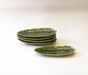 陶器 美濃焼 織部 木の葉皿 5枚組 細長く小ぶりな長皿 前菜 つまみ程度の軽い料理 小さくカットした焼魚 織部の釉薬 全面 総織部 葉の表面の細かい部分 細工してある 三つ脚が付いている 重なりもよい 収納時に場取らない 小さくてお洒落 高級感 使い方と工夫次第で 洒落た食卓を演出できる 日本製 陶器 磁器 陶磁器 漆器 茶道具 華道具 贈り物 ギフト 記念品 引出物 法要 お返し 専門店 リアル店舗 高品質 安らぎ いやし よりおいしく 安心 機能的 長持ち 人気 おすすめ 高機能 ネット通販 ネットショップ セレクトショップ 欲しい 購入 買う 買い物 岐阜県 岐阜市 美殿町 小林漆陶 特別な 選び抜かれた 品質重視 使いやすい 格安 老舗 誕生日 結婚 出産 入学 退職 母の日 父の日 敬老の日 クリスマス プレゼント 叙勲 長寿 お祝い 御礼 内祝い 外国土産 海外みやげ 実店舗 創業100年以上 使うと分かる 職人技 日本一の品揃え 日本一の在庫数 専門店 専門知識 数万点の在庫 百貨店(高島屋 三越 伊勢丹 松坂屋 大丸)にない 手作り お洒落 高級品 希少価値 上質な器 伝統工芸品 コスパ お値打ち お買い得 堅牢 飽きない 永く使える お気に入り 国産 料理が映える 満足感 豊かな食生活 豊かな食文化 こだわりの器 日本文化 他にない ここにしかない オリジナル 独自の 個性的 ここでしか買えない 超レアもの 一品もの 現品限り 入手困難 いい器 匠の技 美しい 実用的 外人が喜ぶ店 外人が珍しがる店 外人がうれしい店 日本各地の一級品を売る店 日本全国の器を売る店 本当にいいもの コスパ高い 一流品 修理 選りすぐりの逸品 周年記念 日本土産 岐阜土産 料理を引き立てる器 高級店 一流店 岐阜で一番 東海で一番 中部で一番 日本で一番 おしゃれな店 地域一番店 実店舗 陶磁器 磁器 華道具 ガラス器 明治42年創業 有田焼 清水焼 美濃焼 赤津焼 万古焼 常滑焼 九谷焼 唐津焼 萩焼 信楽焼 万古焼 砥部焼 備前焼 丹波焼 山中塗 春慶塗 讃岐塗 越前塗 輪島塗 紀州塗 会津塗 小田原木工 桜皮細工 秋田杉 駿河竹細工 七宝焼 南部鉄器 錫製品 江戸切子 津軽びいどろ