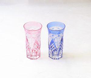 ガラス器 伝統工芸 江戸切子 一口ビール 冷茶グラス 江戸時代後期 江戸日本橋 ビードロ屋 加賀屋久兵衛 切子細工 江戸切子の始まり 町民文化の中で育まれた 江戸時代の面影を色濃く残し 優れた意匠 技法 180年もの間 切子職人によって受け継がれてきた 赤と青が一対 ビール 冷茶 冷酒 切子のカットが細かい クリスタルガラス 輝きが違う うっとりする程きれい 甲高い金属音 涼を感じる器 喜ばれる贈り物 日本製 陶器 磁器 陶磁器 漆器 茶道具 華道具 贈り物 ギフト 記念品 引出物 法要 お返し 専門店 リアル店舗 高品質 安らぎ いやし よりおいしく 安心 機能的 長持ち 人気 おすすめ 高機能 ネット通販 ネットショップ セレクトショップ 欲しい 購入 買う 買い物 岐阜県 岐阜市 美殿町 小林漆陶 特別な 選び抜かれた 品質重視 使いやすい 格安 老舗 誕生日 結婚 出産 入学 退職 母の日 父の日 敬老の日 クリスマス プレゼント 叙勲 長寿 お祝い 御礼 内祝い 外国土産 海外みやげ 実店舗 創業100年以上 使うと分かる 職人技 日本一の品揃え 日本一の在庫数 専門店 専門知識 数万点の在庫 百貨店(高島屋 三越 伊勢丹 松坂屋 大丸)にない 手作り お洒落 高級品 希少価値 上質な器 伝統工芸品 コスパ お値打ち お買い得 堅牢 飽きない 永く使える お気に入り 国産 料理が映える 満足感 豊かな食生活 豊かな食文化 こだわりの器 日本文化 他にない ここにしかない オリジナル 独自の 個性的 ここでしか買えない 超レアもの 一品もの 現品限り 入手困難 いい器 匠の技 美しい 実用的 外人が喜ぶ店 外人が珍しがる店 外人がうれしい店 日本各地の一級品を売る店 日本全国の器を売る店 本当にいいもの コスパ高い 一流品 修理 選りすぐりの逸品 周年記念 日本土産 岐阜土産 料理を引き立てる器 高級店 一流店 岐阜で一番 東海で一番 中部で一番 日本で一番 おしゃれな店 地域一番店 実店舗 陶磁器 磁器 華道具 ガラス器 明治42年創業 有田焼 清水焼 美濃焼 赤津焼 万古焼 常滑焼 九谷焼 唐津焼 萩焼 信楽焼 万古焼 砥部焼 備前焼 丹波焼 山中塗 春慶塗 讃岐塗 越前塗 輪島塗 紀州塗 会津塗 小田原木工 桜皮細工 秋田杉 駿河竹細工 七宝焼 南部鉄器 錫製品 江戸切子 津軽びいどろ