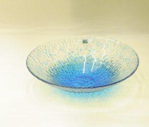 ガラス器 津軽びいどろ 水盤 花器 青森県の伝統工芸品 宙吹き 青森の自然をイメージ ハンドメイド 美しい色ガラス 独自の調合 世界に類を見ない 多様な技術や技法 多彩な色使い 繊細な模様 美しい造形とデザイン 職人の手仕事から生まれる 花を生ける 水をはって浮き球を浮かべる サラダやデザートを盛る 紫と青の色がしぶきのようになっている 波のしずくのよう 涼を感じることができる メイドインジャパンの工芸品 日本製 陶器 磁器 陶磁器 漆器 茶道具 華道具 贈り物 ギフト 記念品 引出物 法要 お返し 専門店 リアル店舗 茶の湯 茶道 裏千家 表千家 茶会 月釜 抹茶 高品質 安らぎ いやし よりおいしく 安心 機能的 長持ち 人気 おすすめ 高機能 ネット通販 ネットショップ セレクトショップ 欲しい 購入 買う 買い物 岐阜県 岐阜市 美殿町 小林漆陶 特別な 選び抜かれた 品質重視 使いやすい 格安 老舗 誕生日 結婚 出産 入学 退職 母の日 父の日 敬老の日 クリスマス プレゼント 叙勲 長寿 新築 お祝い 御礼 内祝い 外国土産 海外みやげ 実店舗 創業100年以上 使うと分かる 職人技 日本一の品揃え 日本一の在庫数 専門店 専門知識 数万点の在庫 百貨店(高島屋 三越 伊勢丹 松坂屋 大丸)にない 手作り お洒落 高級品 希少価値 上質な器 伝統工芸品 コスパ お値打ち お買い得 堅牢 飽きない 永く使える お気に入り 国産 料理が映える 満足感 豊かな食生活 豊かな食文化 こだわりの器 日本文化 他にない ここにしかない オリジナル 独自の 個性的 ここでしか買えない 超レアもの 一品もの 現品限り 入手困難 いい器 匠の技 美しい 実用的 外人が喜ぶ店 外人が珍しがる店 外人がうれしい店 日本各地の一級品を売る店 日本全国の器を売る店 本当にいいもの コスパ高い 一流品 修理 選りすぐりの逸品 周年記念 日本土産 岐阜土産 料理を引き立てる器 高級店 一流店 岐阜で一番 東海で一番 中部で一番 日本で一番 おしゃれな店 地域一番店 実店舗 陶磁器 磁器 華道具 ガラス器 明治42年創業 有田焼 清水焼 美濃焼 赤津焼 万古焼 常滑焼 九谷焼 唐津焼 萩焼 信楽焼 万古焼 砥部焼 備前焼 丹波焼 山中塗 春慶塗 讃岐塗 越前塗 輪島塗 紀州塗 会津塗 小田原木工 桜皮細工 秋田杉 駿河竹細工 七宝焼 南部鉄器 錫製品 江戸切子 津軽びいどろ