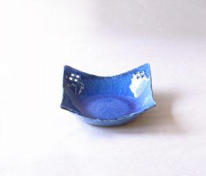 陶器 美濃焼 かいらぎ ブルー 透かし鉢 盛り鉢 釉薬 縮れて粒状になったもの 刀剣の柄を飾る蝶鮫の皮 鮫皮に似ている 南国の海の色 さわやか きれい 菱型の透かし 四方 涼し気 美しい形 茶席の菓子器 料理 フルーツ デザート 盛り鉢 和の器 洋風でも合う 用途が広い お洒落 食卓の雰囲気を盛り上げてくれる 日本製 陶器 磁器 陶磁器 漆器 茶道具 華道具 贈り物 ギフト 記念品 引出物 法要 お返し 専門店 リアル店舗 茶の湯 茶道 裏千家 表千家 茶会 月釜 抹茶 高品質 安らぎ いやし よりおいしく 安心 機能的 長持ち 人気 おすすめ 高機能 ネット通販 ネットショップ セレクトショップ 欲しい 購入 買う 買い物 岐阜県 岐阜市 美殿町 小林漆陶 特別な 選び抜かれた 品質重視 使いやすい 格安 老舗 誕生日 結婚 出産 入学 退職 母の日 父の日 敬老の日 クリスマス プレゼント 叙勲 長寿 新築 お祝い 御礼 内祝い 外国土産 海外みやげ 実店舗 創業100年以上 使うと分かる 職人技 日本一の品揃え 日本一の在庫数 専門店 専門知識 数万点の在庫 百貨店(高島屋 三越 伊勢丹 松坂屋 大丸)にない 手作り お洒落 高級品 希少価値 上質な器 伝統工芸品 コスパ お値打ち お買い得 堅牢 飽きない 永く使える お気に入り 国産 料理が映える 満足感 豊かな食生活 豊かな食文化 こだわりの器 日本文化 他にない ここにしかない オリジナル 独自の 個性的 ここでしか買えない 超レアもの 一品もの 現品限り 入手困難 いい器 匠の技 美しい 実用的 外人が喜ぶ店 外人が珍しがる店 外人がうれしい店 日本各地の一級品を売る店 日本全国の器を売る店 本当にいいもの コスパ高い 一流品 修理 選りすぐりの逸品 周年記念 日本土産 岐阜土産 料理を引き立てる器 高級店 一流店 岐阜で一番 東海で一番 中部で一番 日本で一番 おしゃれな店 地域一番店 実店舗 陶磁器 磁器 華道具 ガラス器 明治42年創業 有田焼 清水焼 美濃焼 赤津焼 万古焼 常滑焼 九谷焼 唐津焼 萩焼 信楽焼 万古焼 砥部焼 備前焼 丹波焼 山中塗 春慶塗 讃岐塗 越前塗 輪島塗 紀州塗 会津塗 小田原木工 桜皮細工 秋田杉 駿河竹細工 七宝焼 南部鉄器 錫製品 江戸切子 津軽びいどろ
