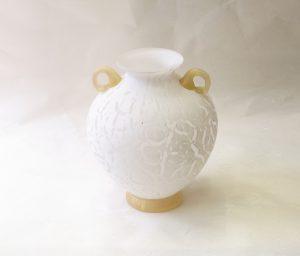 ガラス 日本製 手作り 花瓶 花器 花入れ 白ベース 気品漂う 格調高い 白のすりガラス 艶消し 自然の模様 凹凸がある 耳と底の部分に金 高級感 清楚 白が基調 どんな花でも合わせやすい 花器自体がお洒落 花がなくても 花瓶だけで主張ができる 存在感がある 美しい 日本製 陶器 磁器 陶磁器 漆器 茶道具 華道具 贈り物 ギフト 記念品 引出物 法要 お返し 専門店 リアル店舗 茶の湯 茶道 裏千家 表千家 茶会 月釜 抹茶 高品質 安らぎ いやし よりおいしく 安心 機能的 長持ち 人気 おすすめ 高機能 ネット通販 ネットショップ セレクトショップ 欲しい 購入 買う 買い物 岐阜県 岐阜市 美殿町 小林漆陶 特別な 選び抜かれた 品質重視 使いやすい 格安 老舗 誕生日 結婚 出産 入学 退職 母の日 父の日 敬老の日 クリスマス プレゼント 叙勲 長寿 新築 お祝い 御礼 内祝い 外国土産 海外みやげ 実店舗 創業100年以上 使うと分かる 職人技 日本一の品揃え 日本一の在庫数 専門店 専門知識 数万点の在庫 百貨店(高島屋 三越 伊勢丹 松坂屋 大丸)にない 手作り お洒落 高級品 希少価値 上質な器 伝統工芸品 コスパ お値打ち お買い得 堅牢 飽きない 永く使える お気に入り 国産 料理が映える 満足感 豊かな食生活 豊かな食文化 こだわりの器 日本文化 他にない ここにしかない オリジナル 独自の 個性的 ここでしか買えない 超レアもの 一品もの 現品限り 入手困難 いい器 匠の技 美しい 実用的 外人が喜ぶ店 外人が珍しがる店 外人がうれしい店 日本各地の一級品を売る店 日本全国の器を売る店 本当にいいもの コスパ高い 一流品 修理 選りすぐりの逸品 周年記念 日本土産 岐阜土産 料理を引き立てる器 高級店 一流店 岐阜で一番 東海で一番 中部で一番 日本で一番 おしゃれな店 地域一番店 実店舗 陶磁器 磁器 華道具 ガラス器 明治42年創業 有田焼 清水焼 美濃焼 赤津焼 万古焼 常滑焼 九谷焼 唐津焼 萩焼 信楽焼 万古焼 砥部焼 備前焼 丹波焼 山中塗 春慶塗 讃岐塗 越前塗 輪島塗 紀州塗 会津塗 小田原木工 桜皮細工 秋田杉 駿河竹細工 七宝焼 南部鉄器 錫製品 江戸切子 津軽びいどろ