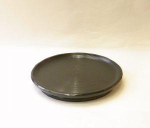 漆器 山中塗 木製 くりぬき 高台盛皿 大きく 迫力のある盛皿 黒一色 シンプル 線筋 全体 丁寧な細工 縁が上がっている 面が取られている 扱いやすい 柔らかい印象 立派な高台 お料理もより引き立つ オードブル パーティープレート お膳のような使い方も可能 花器を置いて花台のような使い方 工夫次第 様々な使い方が出来る器 日本製 陶器 磁器 陶磁器 漆器 茶道具 華道具 贈り物 ギフト 記念品 引出物 法要 お返し 専門店 リアル店舗 茶の湯 茶道 裏千家 表千家 茶会 月釜 抹茶 高品質 安らぎ いやし よりおいしく 安心 機能的 長持ち 人気 おすすめ 高機能 ネット通販 ネットショップ セレクトショップ 欲しい 購入 買う 買い物 岐阜県 岐阜市 美殿町 小林漆陶 特別な 選び抜かれた 品質重視 使いやすい 格安 老舗 誕生日 結婚 出産 入学 退職 母の日 父の日 敬老の日 クリスマス プレゼント 叙勲 長寿 新築 お祝い 御礼 内祝い 外国土産 海外みやげ 実店舗 創業100年以上 使うと分かる 職人技 日本一の品揃え 日本一の在庫数 専門店 専門知識 数万点の在庫 百貨店(高島屋 三越 伊勢丹 松坂屋 大丸)にない 手作り お洒落 高級品 希少価値 上質な器 伝統工芸品 コスパ お値打ち お買い得 堅牢 飽きない 永く使える お気に入り 国産 料理が映える 満足感 豊かな食生活 豊かな食文化 こだわりの器 日本文化 他にない ここにしかない オリジナル 独自の 個性的 ここでしか買えない 超レアもの 一品もの 現品限り 入手困難 いい器 匠の技 美しい 実用的 外人が喜ぶ店 外人が珍しがる店 外人がうれしい店 日本各地の一級品を売る店 日本全国の器を売る店 本当にいいもの コスパ高い 一流品 修理 選りすぐりの逸品 周年記念 日本土産 岐阜土産 岐阜のおみやげ 岐阜の特産品 料理を引き立てる器 高級店 一流店 岐阜で一番 東海で一番 中部で一番 日本で一番 おしゃれな店 地域一番店 実店舗 陶磁器 磁器 華道具 ガラス器 明治42年創業 有田焼 清水焼 美濃焼 赤津焼 万古焼 常滑焼 九谷焼 唐津焼 萩焼 信楽焼 万古焼 砥部焼 備前焼 丹波焼 山中塗 春慶塗 讃岐塗 越前塗 輪島塗 紀州塗 会津塗 小田原木工 桜皮細工 秋田杉 駿河竹細工 七宝焼 南部鉄器 錫製品 江戸切子 津軽びいどろ