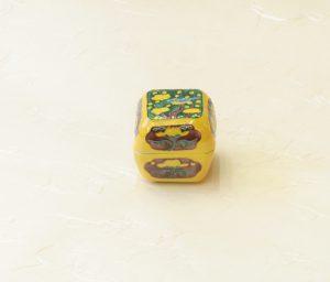 茶道具 茶の湯 茶道 昭阿弥 香合 角梅 交趾 香を入れる蓋付きの器 茶道で使われる 炭点前 炭斗に仕組む 棚に飾る 床の間に飾る 鑑賞の対象 季節 お茶会のテーマ 歴史的意味 産地 材質 多くをもの語る 炉用の香合 練り香 陶磁器製 型物香合番付 東方四段目 製作上「型」で作られた陶磁器製の香合 優劣を相撲の番付に擬して表示 安政二年に刊行 作者不明 合理性 評価をする一つの拠り所 色絵を上位 四方形 甲に梅と鳥 側面に菊と霊芝 きれい よく描いてある 黄 緑 青 紫 多くの色が使われている 豪華 明るい 価格以上の価値 日本製 陶器 磁器 陶磁器 漆器 茶道具 華道具 贈り物 ギフト 記念品 引出物 法要 お返し 専門店 リアル店舗 茶の湯 茶道 裏千家 表千家 茶会 月釜 抹茶 高品質 安らぎ いやし よりおいしく 安心 機能的 長持ち 人気 おすすめ 高機能 ネット通販 ネットショップ セレクトショップ 欲しい 購入 買う 買い物 岐阜県 岐阜市 美殿町 小林漆陶 特別な 選び抜かれた 品質重視 使いやすい 格安 老舗 誕生日 結婚 出産 入学 退職 母の日 父の日 敬老の日 クリスマス プレゼント 叙勲 長寿 新築 お祝い 御礼 内祝い 外国土産 海外みやげ 実店舗 創業100年以上 使うと分かる 職人技 日本一の品揃え 日本一の在庫数 専門店 専門知識 数万点の在庫 百貨店(高島屋 三越 伊勢丹 松坂屋 大丸)にない 手作り お洒落 高級品 希少価値 上質な器 伝統工芸品 コスパ お値打ち お買い得 堅牢 飽きない 永く使える お気に入り 国産 料理が映える 満足感 豊かな食生活 豊かな食文化 こだわりの器 日本文化 他にない ここにしかない オリジナル 独自の 個性的 ここでしか買えない 超レアもの 一品もの 現品限り 入手困難 いい器 匠の技 美しい 実用的 外人が喜ぶ店 外人が珍しがる店 外人がうれしい店 日本各地の一級品を売る店 日本全国の器を売る店 本当にいいもの コスパ高い 一流品 修理 選りすぐりの逸品 周年記念 日本土産 岐阜土産 岐阜のおみやげ 岐阜の特産品 料理を引き立てる器 高級店 一流店 岐阜で一番 東海で一番 中部で一番 日本で一番 おしゃれな店 地域一番店 実店舗 陶磁器 磁器 華道具 ガラス器 明治42年創業 有田焼 清水焼 美濃焼 赤津焼 万古焼 常滑焼 九谷焼 唐津焼 萩焼 信楽焼 万古焼 砥部焼 備前焼 丹波焼 山中塗 春慶塗 讃岐塗 越前塗 輪島塗 紀州塗 会津塗 小田原木工 桜皮細工 秋田杉 駿河竹細工 七宝焼 南部鉄器 錫製品 江戸切子 津軽びいどろ