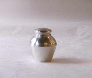 金物 金属製品 日本製 純錫 すず 茶壺 茶入れ 金銀に次ぐ高価な金属 抗菌作用が強い 酸化しにくい材質 紀元前1500年 古代エジプト王朝 錫の道具 正倉院に錫製の宝物 錫の器に入れた水 腐らない お酒がまろやかになる 古くから 酒器 茶器に使われてきた お茶を入れる器 抗菌性 衛生的 清潔に保存 錆びない 中のお茶の鮮度を保つ 滅多なことで割れない 腐食しない 永きにわたり使える 蓋は二重 湿気が入りにくい 外気から中身を守ってくれる 茶壺型 安定したいい形 蓋は上部が膨らんでいて持ちやすい 丸みを帯びている やさしい使い心地 金属そのもの 重厚感 錫本来の素材感 普通の茶葉 お抹茶 湿気を嫌うもの 大切にしたいもの 日本製 陶器 磁器 陶磁器 漆器 茶道具 華道具 贈り物 ギフト 記念品 引出物 法要 お返し 専門店 リアル店舗 茶の湯 茶道 裏千家 表千家 茶会 月釜 抹茶 高品質 安らぎ いやし よりおいしく 安心 機能的 長持ち 人気 おすすめ 高機能 ネット通販 ネットショップ セレクトショップ 欲しい 購入 買う 買い物 岐阜県 岐阜市 美殿町 小林漆陶 特別な 選び抜かれた 品質重視 使いやすい 格安 老舗 誕生日 結婚 出産 入学 退職 母の日 父の日 敬老の日 クリスマス プレゼント 叙勲 長寿 新築 お祝い 御礼 内祝い 外国土産 海外みやげ 実店舗 創業100年以上 使うと分かる 職人技 日本一の品揃え 日本一の在庫数 専門店 専門知識 数万点の在庫 百貨店(高島屋 三越 伊勢丹 松坂屋 大丸)にない 手作り お洒落 高級品 希少価値 上質な器 伝統工芸品 コスパ お値打ち お買い得 堅牢 飽きない 永く使える お気に入り 国産 料理が映える 満足感 豊かな食生活 豊かな食文化 こだわりの器 日本文化 他にない ここにしかない オリジナル 独自の 個性的 ここでしか買えない 超レアもの 一品もの 現品限り 入手困難 いい器 匠の技 美しい 実用的 外人が喜ぶ店 外人が珍しがる店 外人がうれしい店 日本各地の一級品を売る店 日本全国の器を売る店 本当にいいもの コスパ高い 一流品 修理 選りすぐりの逸品 周年記念 永年勤続表彰 退職記念 卒業記念 日本土産 岐阜土産 岐阜のおみやげ 岐阜の特産品 料理を引き立てる器 高級店 一流店 岐阜で一番 東海で一番 中部で一番 日本で一番 おしゃれな店 地域一番店 実店舗 陶磁器 磁器 華道具 ガラス器 明治42年創業 有田焼 清水焼 美濃焼 赤津焼 万古焼 常滑焼 九谷焼 唐津焼 萩焼 信楽焼 万古焼 砥部焼 備前焼 丹波焼 山中塗 春慶塗 讃岐塗 越前塗 輪島塗 紀州塗 会津塗 小田原木工 桜皮細工 秋田杉 駿河竹細工 七宝焼 南部鉄器 錫製品 江戸切子 津軽びいどろ