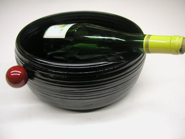 漆器 讃岐塗 木製 くりぬき ワインクーラー 象谷塗 価値ある逸品 抜群の耐久性 大ぶり 複数のボトルを冷やすことが出来る 冷酒も 木製は保温性がある 冷たさを外側に伝えにくい 結露しにくい テーブルに水が付きにくい 瓶が当たっても やわらかい感覚 瓶の首がのせられるよう 低くしてある 使いやすい 無図が捨てやすい 処理がしやすい 赤い取っ手 持ち運ぶ 滑って落すことがないよう 工夫されている 機能的 雰囲気 使いやすい 三拍子そろった 日本一の品揃え 漆器 讃岐塗 木製 くり抜き 耐久性抜群 軽い 漆塗り  安らぎ いやし よりおいしく 安心 機能的 長持ち 人気 おすすめ 高機能 ネット通販 ネットショップ ワインクーラー 冷酒冷やす 結露しない 丈夫 耐久性抜群 一生もの 百貨店(高島屋・三越・伊勢丹・松坂屋・大丸)にない お洒落 他にない レア 希少 手造り 職人技 日本製 高品質 安らぎ いやし よりおいしく 安心 機能的 長持ち 人気 おすすめ 高機能 ネット通販 ネットショップ セレクトショップ 欲しい 購入 買う 買い物 岐阜県 岐阜市 美殿町 特別な 選び抜かれた 品質重視 使いやすい 格安 老舗 ギフト 誕生日 結婚 出産 入学 退職 母の日 父の日 敬老の日 クリスマス プレゼント 引き出物 法要 お返し 贈り物 記念品 長寿 お祝い 御礼 内祝い 外国土産 海外みやげ 実店舗 創業100年以上 使うと分かる職人技 日本一の品揃え 日本一の在庫数 専門店 専門知識 数千点の在庫 百貨店(高島屋 三越 伊勢丹 松坂屋 大丸)にない 手造り お洒落 高級品 希少価値 上質な器 伝統工芸品