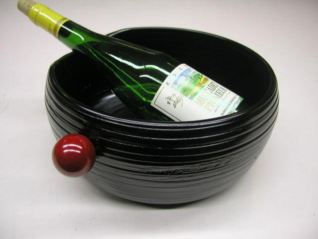 漆器 讃岐塗 木製 くりぬき ワインクーラー 象谷塗 価値ある逸品 抜群の耐久性 大ぶり 複数のボトルを冷やすことが出来る 冷酒も 木製は保温性がある 冷たさを外側に伝えにくい 結露しにくい テーブルに水が付きにくい 瓶が当たっても やわらかい感覚 瓶の首がのせられるよう 低くしてある 使いやすい 無図が捨てやすい 処理がしやすい 赤い取っ手 持ち運ぶ 滑って落すことがないよう 工夫されている 機能的 雰囲気 使いやすい 三拍子そろった 日本一の品揃え 漆器 讃岐塗 木製 くり抜き 耐久性抜群 軽い 漆塗り ワインクーラー 冷酒冷やす安らぎ いやし よりおいしく 安心 機能的 長持ち 人気 おすすめ 高機能 ネット通販 ネットショップ  結露しない 丈夫 耐久性抜群 一生もの 百貨店(高島屋・三越・伊勢丹・松坂屋・大丸)にない お洒落 他にない レア 希少 手造り 職人技 日本製 高品質 安らぎ いやし よりおいしく 安心 機能的 長持ち 人気 おすすめ 高機能 ネット通販 ネットショップ セレクトショップ 欲しい 購入 買う 買い物 岐阜県 岐阜市 美殿町 特別な 選び抜かれた 品質重視 使いやすい 格安 老舗 ギフト 誕生日 結婚 出産 入学 退職 母の日 父の日 敬老の日 クリスマス プレゼント 引き出物 法要 お返し 贈り物 記念品 長寿 お祝い 御礼 内祝い 外国土産 海外みやげ 実店舗 創業100年以上 使うと分かる職人技 日本一の品揃え 日本一の在庫数 専門店 専門知識 数千点の在庫 百貨店(高島屋 三越 伊勢丹 松坂屋 大丸)にない 手造り お洒落 高級品 希少価値 上質な器 伝統工芸品