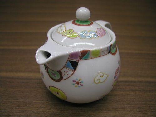 陶磁器 九谷焼 作家もの 全面手描き ポット 新しい九谷焼 他の産地にない独特 作家独自の世界観 可愛らしい 手描きならではの生き生きした表現 愛らしい雰囲気 日本茶 紅茶 ウーロン茶 ハーブティー あらゆるお茶が使える 網付き お手入れ簡単  日本製 高品質 安らぎ いやし よりおいしく 安心 機能的 長持ち 人気 おすすめ 高機能 ネット通販 ネットショップ セレクトショップ 欲しい 購入 買う 買い物 岐阜県 岐阜市 美殿町 特別な 選び抜かれた 品質重視 使いやすい 格安 老舗 ギフト 誕生日 結婚 出産 入学 退職 母の日 父の日 敬老の日 クリスマス プレゼント 引き出物 法要 お返し 贈り物 記念品 長寿 お祝い 御礼 内祝い 外国土産 海外みやげ 実店舗 創業100年以上 使うと分かる職人技 日本一の品揃え 日本一の在庫数 専門店 専門知識 数千点の在庫 百貨店(高島屋 三越 伊勢丹 松坂屋 大丸)にない 手造り お洒落 高級品 希少価値 上質な器 伝統工芸品