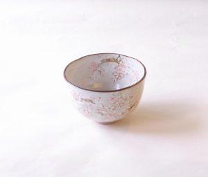 茶道具 茶の湯 茶道 清水焼 森俊山 京の春 桜 抹茶碗 白い粉引調の釉薬 桜の花と枝 ぼんやりとした作風 柔らかい雰囲気 ピンクと白の花 金で花びらの輪郭 豪華な感じ メリハリ 御本 明るい雰囲気 胴の部分 削ぎ 特徴 生地 ろくろ挽き 薄す過ぎず 厚過ぎず 適度な重さ 春を感じさせてくれる 日本製 陶器 磁器 陶磁器 漆器 茶道具 華道具 贈り物 ギフト 記念品 引出物 法要 お返し 専門店 リアル店舗 茶の湯 茶道 裏千家 表千家 茶会 月釜 抹茶 高品質 安らぎ いやし よりおいしく 安心 機能的 長持ち 人気 おすすめ 高機能 ネット通販 ネットショップ セレクトショップ 欲しい 購入 買う 買い物 岐阜県 岐阜市 美殿町 小林漆陶 特別な 選び抜かれた 品質重視 使いやすい 格安 老舗 誕生日 結婚 出産 入学 退職 母の日 父の日 敬老の日 クリスマス プレゼント 叙勲 長寿 新築 お祝い 御礼 内祝い 外国土産 海外みやげ 実店舗 創業100年以上 使うと分かる 職人技 日本一の品揃え 日本一の在庫数 専門店 専門知識 数万点の在庫 百貨店(高島屋 三越 伊勢丹 松坂屋 大丸)にない 手作り お洒落 高級品 希少価値 上質な器 伝統工芸品 コスパ お値打ち お買い得 堅牢 飽きない 永く使える お気に入り 国産 料理が映える 満足感 豊かな食生活 豊かな食文化 こだわりの器 日本文化 他にない ここにしかない オリジナル 独自の 個性的 ここでしか買えない 超レアもの 一品もの 現品限り 入手困難 いい器 匠の技 美しい 実用的 外人が喜ぶ店 外人が珍しがる店 外人がうれしい店 日本各地の一級品を売る店 日本全国の器を売る店 本当にいいもの コスパ高い 一流品 修理 選りすぐりの逸品 周年記念 永年勤続表彰 退職記念 卒業記念 日本土産 岐阜土産 岐阜のおみやげ 岐阜の特産品 料理を引き立てる器 高級店 一流店 岐阜で一番 東海で一番 中部で一番 日本で一番 おしゃれな店 地域一番店 実店舗 陶磁器 磁器 華道具 ガラス器 明治42年創業 有田焼 清水焼 美濃焼 赤津焼 万古焼 常滑焼 九谷焼 唐津焼 萩焼 信楽焼 万古焼 砥部焼 備前焼 丹波焼 山中塗 春慶塗 讃岐塗 越前塗 輪島塗 紀州塗 会津塗 小田原木工 桜皮細工 秋田杉 駿河竹細工 七宝焼 南部鉄器 錫製品 江戸切子 津軽びいどろ