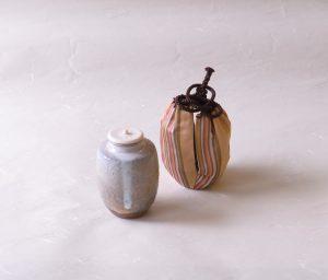 茶道具 茶の湯 茶道 林紅陽 肩衝茶入れ 仕服付き 濃茶を入れる器 象牙の蓋 茶入れを入れる裂地 萩焼で有名 よくできている 茶入れは小さく 口造り 全体の造形 難易度が高い 茶入れが作れる作家 技術が高い 白い釉薬 正面に釉薬の垂れ 胴あたり 黄土色 下部 土の色 濃い茶色 グレーの釉薬 様々な色 入り組んだ 複雑な風合い 土が粗い ピンホール 表面のひび 荒々しい 土味 名物裂 特に珍重されたもの 鎌倉時代から江戸時代に渡来 特定の染織もの 当時の茶人たちの見識で選ばれた 所有者 伝来者 地名 裂地の文様 俵屋金襴 朽葉色の地合い  茶 萌黄 黄 浅黄 太 細の縦縞 繻子地 龍紋 金糸と色糸 錦織の一種 俵屋 京都西陣の機屋 明朝様式 綿の織法 唐織を始めた 日本製 陶器 磁器 陶磁器 漆器 茶道具 華道具 贈り物 ギフト 記念品 引出物 法要 お返し 専門店 リアル店舗 茶の湯 茶道 裏千家 表千家 茶会 月釜 抹茶 高品質 安らぎ いやし よりおいしく 安心 機能的 長持ち 人気 おすすめ 高機能 ネット通販 ネットショップ セレクトショップ 欲しい 購入 買う 買い物 岐阜県 岐阜市 美殿町 小林漆陶 特別な 選び抜かれた 品質重視 使いやすい 格安 老舗 誕生日 結婚 出産 入学 退職 母の日 父の日 敬老の日 クリスマス プレゼント 叙勲 長寿 新築 お祝い 御礼 内祝い 外国土産 海外みやげ 実店舗 創業100年以上 使うと分かる 職人技 日本一の品揃え 日本一の在庫数 専門店 専門知識 数万点の在庫 百貨店(高島屋 三越 伊勢丹 松坂屋 大丸)にない 手作り お洒落 高級品 希少価値 上質な器 伝統工芸品 コスパ お値打ち お買い得 堅牢 飽きない 永く使える お気に入り 国産 料理が映える 満足感 豊かな食生活 豊かな食文化 こだわりの器 日本文化 他にない ここにしかない オリジナル 独自の 個性的 ここでしか買えない 超レアもの 一品もの 現品限り 入手困難 いい器 匠の技 美しい 実用的 外人が喜ぶ店 外人が珍しがる店 外人がうれしい店 日本各地の一級品を売る店 日本全国の器を売る店 本当にいいもの コスパ高い 一流品 修理 選りすぐりの逸品 周年記念 永年勤続表彰 退職記念 卒業記念 日本土産 岐阜土産 岐阜のおみやげ 岐阜の特産品 料理を引き立てる器 高級店 一流店 岐阜で一番 東海で一番 中部で一番 日本で一番 おしゃれな店 地域一番店 実店舗 陶磁器 磁器 華道具 ガラス器 明治42年創業 有田焼 清水焼 美濃焼 赤津焼 万古焼 常滑焼 九谷焼 唐津焼 萩焼 信楽焼 万古焼 砥部焼 備前焼 丹波焼 山中塗 春慶塗 讃岐塗 越前塗 輪島塗 紀州塗 会津塗 小田原木工 桜皮細工 秋田杉 駿河竹細工 七宝焼 南部鉄器 錫製品 江戸切子 津軽びいどろ