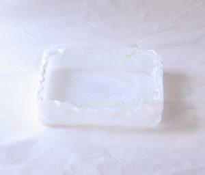 ガラス製品 日本製 手づくり ガラス花器 スクエア 白 熱いうちに 曲げて成形 四角い 水盤のような 基本的な生け方 透明なガラス 白色が流れるように 漂っている風合い 透明な部分 白い筋状 斑紋 細かい 意図的でない 自然なガラスの流れ 花器のデザイン 模様 高度な技術 デコボコ 手づくり感 白が基調 どんな花にも合わせやすい 引き立つ 花器の形 最もよく使う 基本のもの どなたでも生けられる 汎用性が高い 日本製 陶器 磁器 陶磁器 漆器 茶道具 華道具 贈り物 ギフト 記念品 引出物 法要 お返し 専門店 リアル店舗 茶の湯 茶道 裏千家 表千家 茶会 月釜 抹茶 高品質 安らぎ いやし よりおいしく 安心 機能的 長持ち 人気 おすすめ 高機能 ネット通販 ネットショップ セレクトショップ 欲しい 購入 買う 買い物 岐阜県 岐阜市 美殿町 小林漆陶 特別な 選び抜かれた 品質重視 使いやすい 格安 老舗 誕生日 結婚 出産 入学 退職 母の日 父の日 敬老の日 クリスマス プレゼント 叙勲 長寿 新築 お祝い 御礼 内祝い 外国土産 海外みやげ 実店舗 創業100年以上 使うと分かる 職人技 日本一の品揃え 日本一の在庫数 専門店 専門知識 数万点の在庫 百貨店(高島屋 三越 伊勢丹 松坂屋 大丸)にない 手作り お洒落 高級品 希少価値 上質な器 伝統工芸品 コスパ お値打ち お買い得 堅牢 飽きない 永く使える お気に入り 国産 料理が映える 満足感 豊かな食生活 豊かな食文化 こだわりの器 日本文化 他にない ここにしかない オリジナル 独自の 個性的 ここでしか買えない 超レアもの 一品もの 現品限り 入手困難 いい器 匠の技 美しい 実用的 外人が喜ぶ店 外人が珍しがる店 外人がうれしい店 日本各地の一級品を売る店 日本全国の器を売る店 本当にいいもの コスパ高い 一流品 修理 選りすぐりの逸品 周年記念 永年勤続表彰 退職記念 卒業記念 日本土産 岐阜土産 岐阜のおみやげ 岐阜の特産品 料理を引き立てる器 高級店 一流店 岐阜で一番 東海で一番 中部で一番 日本で一番 おしゃれな店 地域一番店 実店舗 陶磁器 磁器 華道具 ガラス器 明治42年創業 有田焼 清水焼 美濃焼 赤津焼 万古焼 常滑焼 九谷焼 唐津焼 萩焼 信楽焼 万古焼 砥部焼 備前焼 丹波焼 山中塗 春慶塗 讃岐塗 越前塗 輪島塗 紀州塗 会津塗 小田原木工 桜皮細工 秋田杉 駿河竹細工 七宝焼 南部鉄器 錫製品 江戸切子 津軽びいどろ