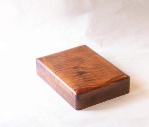 漆器 讃岐塗 一生もの 硯箱 文庫 木製 くりぬき すりうるし塗 研ぎ出して作られている とても丈夫 堅牢な作り 高い耐久性 幾度も塗り重ねられて 美しい木目 自然の木目 木のぬくもり 傷が目立ちにくい 気を遣うことなく 気軽に使える 本物 使い込むほどに 時代がつき いい表情になる 中板 手入れがしやすい ハガキ 封筒 書類入れ 小さな文庫として使える すべて職人の手作業 日本製 陶器 磁器 陶磁器 漆器 茶道具 華道具 贈り物 ギフト 記念品 引出物 法要 お返し 専門店 リアル店舗 茶の湯 茶道 裏千家 表千家 茶会 月釜 抹茶 高品質 安らぎ いやし よりおいしく 安心 機能的 長持ち 人気 おすすめ 高機能 ネット通販 ネットショップ セレクトショップ 欲しい 購入 買う 買い物 岐阜県 岐阜市 美殿町 小林漆陶 特別な 選び抜かれた 品質重視 使いやすい 格安 老舗 誕生日 結婚 出産 入学 退職 母の日 父の日 敬老の日 クリスマス プレゼント 叙勲 長寿 新築 お祝い 御礼 内祝い 外国土産 海外みやげ 実店舗 創業100年以上 使うと分かる 職人技 日本一の品揃え 日本一の在庫数 専門店 専門知識 数万点の在庫 百貨店(高島屋 三越 伊勢丹 松坂屋 大丸)にない 手作り お洒落 高級品 希少価値 上質な器 伝統工芸品 コスパ お値打ち お買い得 堅牢 飽きない 永く使える お気に入り 国産 料理が映える 満足感 豊かな食生活 豊かな食文化 こだわりの器 日本文化 他にない ここにしかない オリジナル 独自の 個性的 ここでしか買えない 超レアもの 一品もの 現品限り 入手困難 いい器 匠の技 美しい 実用的 外人が喜ぶ店 外人が珍しがる店 外人がうれしい店 日本各地の一級品を売る店 日本全国の器を売る店 本当にいいもの コスパ高い 一流品 修理 選りすぐりの逸品 周年記念 永年勤続表彰 退職記念 卒業記念 日本土産 岐阜土産 岐阜のおみやげ 岐阜の特産品 料理を引き立てる器 高級店 一流店 岐阜で一番 東海で一番 中部で一番 日本で一番 おしゃれな店 地域一番店 実店舗 陶磁器 磁器 華道具 ガラス器 明治42年創業 有田焼 清水焼 美濃焼 赤津焼 万古焼 常滑焼 九谷焼 唐津焼 萩焼 信楽焼 万古焼 砥部焼 備前焼 丹波焼 山中塗 春慶塗 讃岐塗 越前塗 輪島塗 紀州塗 会津塗 小田原木工 桜皮細工 秋田杉 駿河竹細工 七宝焼 南部鉄器 錫製品 江戸切子 津軽びいどろ