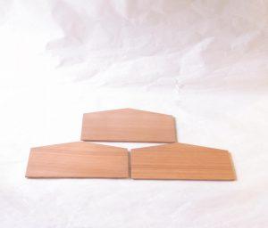 漆器 日本製 木製 絵馬 銘々皿 3枚セット 杉材 国産 幅広 お菓子 乾きもの 干菓子器 懐紙を敷いて お料理を盛りつける 裏側 縁が斜めにカット 指がかかりやすい 持ち上げやすく 置きやすい 使いやすく工夫 神社 寺院 願いを書いて 奉納するもの 縁起かいい 神聖なイメージ 柾目 まさめ 見た目の美しさ 目も細かい いい材料が使われている はっきり分かる ごまかしがきかない 杉の木の香り ほんのりと香る 癒しの効果 日本製 陶器 磁器 陶磁器 漆器 茶道具 華道具 贈り物 ギフト 記念品 引出物 法要 お返し 専門店 リアル店舗 茶の湯 茶道 裏千家 表千家 茶会 月釜 抹茶 高品質 安らぎ いやし よりおいしく 安心 機能的 長持ち 人気 おすすめ 高機能 ネット通販 ネットショップ セレクトショップ 欲しい 購入 買う 買い物 岐阜県 岐阜市 美殿町 小林漆陶 特別な 選び抜かれた 品質重視 使いやすい 格安 老舗 誕生日 結婚 出産 入学 退職 母の日 父の日 敬老の日 クリスマス プレゼント 叙勲 長寿 新築 お祝い 御礼 内祝い 外国土産 海外みやげ 実店舗 創業100年以上 使うと分かる 職人技 日本一の品揃え 日本一の在庫数 専門店 専門知識 数万点の在庫 百貨店(高島屋 三越 伊勢丹 松坂屋 大丸)にない 手作り お洒落 高級品 希少価値 上質な器 伝統工芸品 コスパ お値打ち お買い得 堅牢 飽きない 永く使える お気に入り 国産 料理が映える 満足感 豊かな食生活 豊かな食文化 こだわりの器 日本文化 他にない ここにしかない オリジナル 独自の 個性的 ここでしか買えない 超レアもの 一品もの 現品限り 入手困難 いい器 匠の技 美しい 実用的 外人が喜ぶ店 外人が珍しがる店 外人がうれしい店 日本各地の一級品を売る店 日本全国の器を売る店 本当にいいもの コスパ高い 一流品 修理 選りすぐりの逸品 周年記念 永年勤続表彰 退職記念 卒業記念 日本土産 岐阜土産 岐阜のおみやげ 岐阜の特産品 料理を引き立てる器 高級店 一流店 岐阜で一番 東海で一番 中部で一番 日本で一番 おしゃれな店 地域一番店 実店舗 陶磁器 磁器 華道具 ガラス器 明治42年創業 有田焼 清水焼 美濃焼 赤津焼 万古焼 常滑焼 九谷焼 唐津焼 萩焼 信楽焼 万古焼 砥部焼 備前焼 丹波焼 山中塗 春慶塗 讃岐塗 越前塗 輪島塗 紀州塗 会津塗 小田原木工 桜皮細工 秋田杉 駿河竹細工 七宝焼 南部鉄器 錫製品 江戸切子 津軽びいどろ
