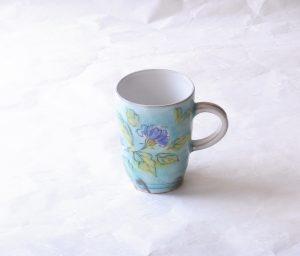 陶器 野口繁次 釉彩 マグカップ 青 大 350㏄ さわやか ブルー グリーン 青い花 黄緑の葉 きれいなマグ 貫入 すがすがしい 美しい 粉引 白い釉薬 ブルーに釉薬 どっしり感 しっかり感 安定 バランスがいい 扱いやすい 独特 個性 癒し 安らぎ 容量 たっぷり 日本製 陶器 磁器 陶磁器 漆器 茶道具 華道具 贈り物 ギフト 記念品 引出物 法要 お返し 専門店 リアル店舗 茶の湯 茶道 裏千家 表千家 茶会 月釜 抹茶 高品質 安らぎ いやし よりおいしく 安心 機能的 長持ち 人気 おすすめ 高機能 ネット通販 ネットショップ セレクトショップ 欲しい 購入 買う 買い物 岐阜県 岐阜市 美殿町 小林漆陶 特別な 選び抜かれた 品質重視 使いやすい 格安 老舗 誕生日 結婚 出産 入学 退職 母の日 父の日 敬老の日 クリスマス プレゼント 叙勲 長寿 新築 お祝い 御礼 内祝い 外国土産 海外みやげ 実店舗 創業100年以上 使うと分かる 職人技 日本一の品揃え 日本一の在庫数 専門店 専門知識 数万点の在庫 百貨店(高島屋 三越 伊勢丹 松坂屋 大丸)にない 手作り お洒落 高級品 希少価値 上質な器 伝統工芸品 コスパ お値打ち お買い得 堅牢 飽きない 永く使える お気に入り 国産 料理が映える 満足感 豊かな食生活 豊かな食文化 こだわりの器 日本文化 他にない ここにしかない オリジナル 独自の 個性的 ここでしか買えない 超レアもの 一品もの 現品限り 入手困難 いい器 匠の技 美しい 実用的 外人が喜ぶ店 外人が珍しがる店 外人がうれしい店 日本各地の一級品を売る店 日本全国の器を売る店 本当にいいもの コスパ高い 一流品 修理 選りすぐりの逸品 周年記念 永年勤続表彰 退職記念 卒業記念 日本土産 岐阜土産 岐阜のおみやげ 岐阜の特産品 料理を引き立てる器 高級店 一流店 岐阜で一番 東海で一番 中部で一番 日本で一番 おしゃれな店 地域一番店 実店舗 陶磁器 磁器 華道具 ガラス器 明治42年創業 有田焼 清水焼 美濃焼 赤津焼 万古焼 常滑焼 九谷焼 唐津焼 萩焼 信楽焼 万古焼 砥部焼 備前焼 丹波焼 山中塗 春慶塗 讃岐塗 越前塗 輪島塗 紀州塗 会津塗 小田原木工 桜皮細工 秋田杉 駿河竹細工 七宝焼 南部鉄器 錫製品 江戸切子 津軽びいどろ