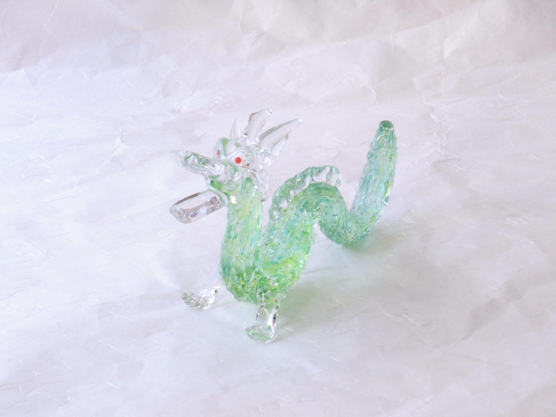 日本製 手づくり ガラス細工 ドラゴン 龍 竜 胴に緑色のガラス 流れるような線 動きがある 鱗の表面の凸凹 透明なガラス 涼し気な雰囲気 ガラス職人の手作業 大変な技術 経験 手づくりのガラス細工 龍の置き物 ドラゴンズファン 逸品 日本製 陶器 磁器 陶磁器 漆器 茶道具 華道具 贈り物 ギフト 記念品 引出物 法要 お返し 専門店 リアル店舗 茶の湯 茶道 裏千家 表千家 茶会 月釜 抹茶 高品質 安らぎ いやし よりおいしく 安心 機能的 長持ち 人気 おすすめ 高機能 ネット通販 ネットショップ セレクトショップ 欲しい 購入 買う 買い物 岐阜県 岐阜市 美殿町 小林漆陶 特別な 選び抜かれた 品質重視 使いやすい 格安 老舗 誕生日 結婚 出産 入学 退職 母の日 父の日 敬老の日 クリスマス プレゼント 叙勲 長寿 新築 お祝い 御礼 内祝い 外国土産 海外みやげ 実店舗 創業100年以上 使うと分かる 職人技 日本一の品揃え 日本一の在庫数 専門店 専門知識 数万点の在庫 百貨店(高島屋 三越 伊勢丹 松坂屋 大丸)にない 手作り お洒落 高級品 希少価値 上質な器 伝統工芸品 コスパ お値打ち お買い得 堅牢 飽きない 永く使える お気に入り 国産 料理が映える 満足感 豊かな食生活 豊かな食文化 こだわりの器 日本文化 他にない ここにしかない オリジナル 独自の 個性的 ここでしか買えない 超レアもの 一品もの 現品限り 入手困難 いい器 匠の技 美しい 実用的 外人が喜ぶ店 外人が珍しがる店 外人がうれしい店 日本各地の一級品を売る店 日本全国の器を売る店 本当にいいもの コスパ高い 一流品 修理 選りすぐりの逸品 周年記念 永年勤続表彰 退職記念 卒業記念 日本土産 岐阜土産 岐阜のおみやげ 岐阜の特産品 料理を引き立てる器 高級店 一流店 岐阜で一番 東海で一番 中部で一番 日本で一番 おしゃれな店 地域一番店 実店舗 陶磁器 磁器 華道具 ガラス器 明治42年創業 有田焼 清水焼 美濃焼 赤津焼 万古焼 常滑焼 九谷焼 唐津焼 萩焼 信楽焼 万古焼 砥部焼 備前焼 丹波焼 山中塗 春慶塗 讃岐塗 越前塗 輪島塗 紀州塗 会津塗 小田原木工 桜皮細工 秋田杉 駿河竹細工 七宝焼 南部鉄器 錫製品 江戸切子 津軽びいどろ