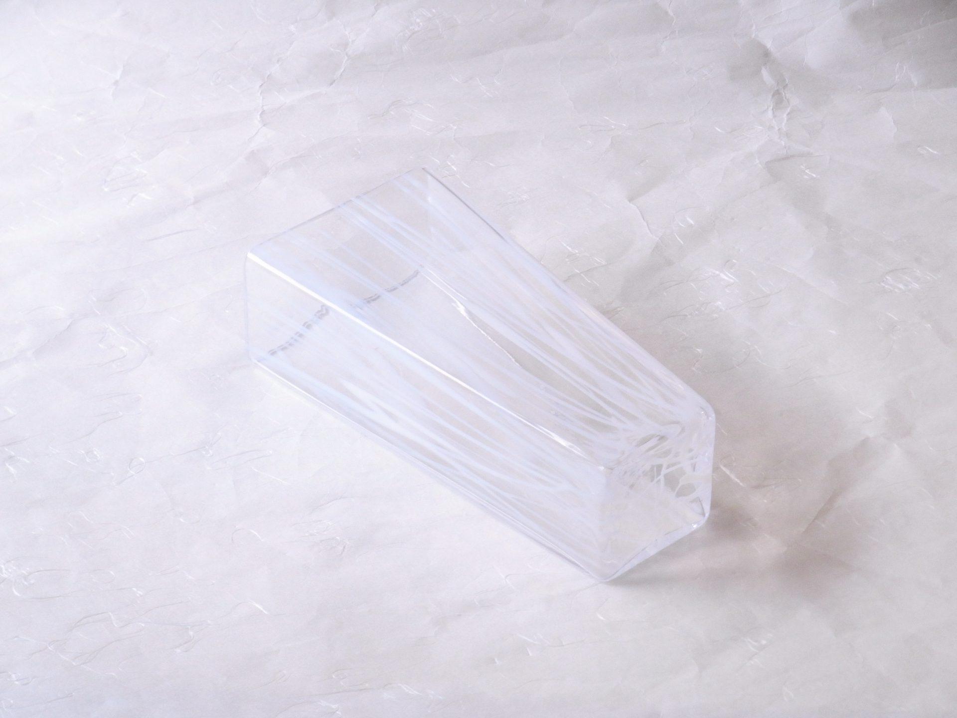 日本製 手づくり ガラス花器 すだれ 白 コンパクト 台形 スタイリッシュな形 白い線状の模様 すだれのイメージ シンプル お洒落 涼し気 垢抜けたデザイン 洋風の花や環境にマッチ ほとんどの花 住宅に合わせられる スペースが限られていても 玄関先 リビング 狭い空間にも飾れる ハンドメイド 高級感 どんな環境 省スペース 存在感を発揮 日本製 陶器 磁器 陶磁器 漆器 茶道具 華道具 贈り物 ギフト 記念品 引出物 法要 お返し 専門店 リアル店舗 茶の湯 茶道 裏千家 表千家 茶会 月釜 抹茶 高品質 安らぎ いやし よりおいしく 安心 機能的 長持ち 人気 おすすめ 高機能 ネット通販 ネットショップ セレクトショップ 欲しい 購入 買う 買い物 岐阜県 岐阜市 美殿町 小林漆陶 特別な 選び抜かれた 品質重視 使いやすい 格安 老舗 誕生日 結婚 出産 入学 退職 母の日 父の日 敬老の日 クリスマス プレゼント 叙勲 長寿 新築 お祝い 御礼 内祝い 外国土産 海外みやげ 実店舗 創業100年以上 使うと分かる 職人技 日本一の品揃え 日本一の在庫数 専門店 専門知識 数万点の在庫 百貨店(高島屋 三越 伊勢丹 松坂屋 大丸)にない 手作り お洒落 高級品 希少価値 上質な器 伝統工芸品 コスパ お値打ち お買い得 堅牢 飽きない 永く使える お気に入り 国産 料理が映える 満足感 豊かな食生活 豊かな食文化 こだわりの器 日本文化 他にない ここにしかない オリジナル 独自の 個性的 ここでしか買えない 超レアもの 一品もの 現品限り 入手困難 いい器 匠の技 美しい 実用的 外人が喜ぶ店 外人が珍しがる店 外人がうれしい店 日本各地の一級品を売る店 日本全国の器を売る店 本当にいいもの コスパ高い 一流品 修理 選りすぐりの逸品 周年記念 永年勤続表彰 退職記念 卒業記念 日本土産 岐阜土産 岐阜のおみやげ 岐阜の特産品 料理を引き立てる器 高級店 一流店 岐阜で一番 東海で一番 中部で一番 日本で一番 おしゃれな店 地域一番店 実店舗 陶磁器 磁器 華道具 ガラス器 明治42年創業 有田焼 清水焼 美濃焼 赤津焼 万古焼 常滑焼 九谷焼 唐津焼 萩焼 信楽焼 万古焼 砥部焼 備前焼 丹波焼 山中塗 春慶塗 讃岐塗 越前塗 輪島塗 紀州塗 会津塗 小田原木工 桜皮細工 秋田杉 駿河竹細工 七宝焼 南部鉄器 錫製品 江戸切子 津軽びいどろ