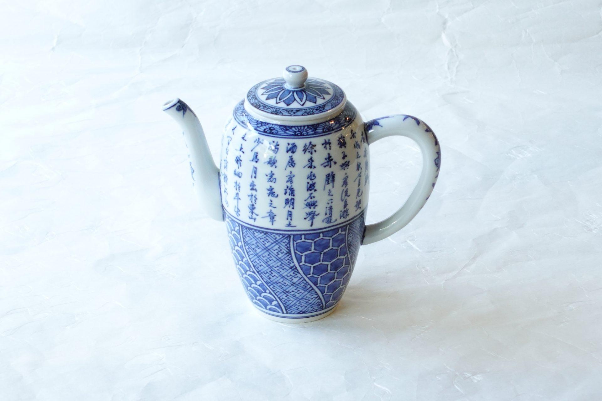 陶磁器 昭阿弥 赤壁の賦 せきへきのふ 祥瑞 水注 水を注ぐ器 ウーロン茶 紅茶 ハーブティー 各種茶 650㏄ たっぷり 多くのカップ すべて手描き 蘇 軾(そ しょく) 中国北宋の政治家 宋代きっての文豪・詩人 最大の傑作 大変な手間と技術 磁器製 軽くて焼きが硬く 吸水性がない 扱いやすい 染付 飽きが来ない 永く使える 日本製 陶器 磁器 陶磁器 漆器 茶道具 華道具 贈り物 ギフト 記念品 引出物 法要 お返し 専門店 リアル店舗 茶の湯 茶道 裏千家 表千家 茶会 月釜 抹茶 高品質 安らぎ いやし よりおいしく 安心 機能的 長持ち 人気 おすすめ 高機能 ネット通販 ネットショップ セレクトショップ 欲しい 購入 買う 買い物 岐阜県 岐阜市 美殿町 小林漆陶 特別な 選び抜かれた 品質重視 使いやすい 格安 老舗 誕生日 結婚 出産 入学 退職 母の日 父の日 敬老の日 クリスマス プレゼント 叙勲 長寿 新築 お祝い 御礼 内祝い 外国土産 海外みやげ 実店舗 創業100年以上 使うと分かる 職人技 日本一の品揃え 日本一の在庫数 専門店 専門知識 数万点の在庫 百貨店(高島屋 三越 伊勢丹 松坂屋 大丸)にない 手作り お洒落 高級品 希少価値 上質な器 伝統工芸品 コスパ お値打ち お買い得 堅牢 飽きない 永く使える お気に入り 国産 料理が映える 満足感 豊かな食生活 豊かな食文化 こだわりの器 日本文化 他にない ここにしかない オリジナル 独自の 個性的 ここでしか買えない 超レアもの 一品もの 現品限り 入手困難 いい器 匠の技 美しい 実用的 外人が喜ぶ店 外人が珍しがる店 外人がうれしい店 日本各地の一級品を売る店 日本全国の器を売る店 本当にいいもの コスパ高い 一流品 修理 選りすぐりの逸品 周年記念 永年勤続表彰 退職記念 卒業記念 日本土産 岐阜土産 岐阜のおみやげ 岐阜の特産品 料理を引き立てる器 高級店 一流店 岐阜で一番 東海で一番 中部で一番 日本で一番 おしゃれな店 地域一番店 実店舗 陶磁器 磁器 華道具 ガラス器 明治42年創業