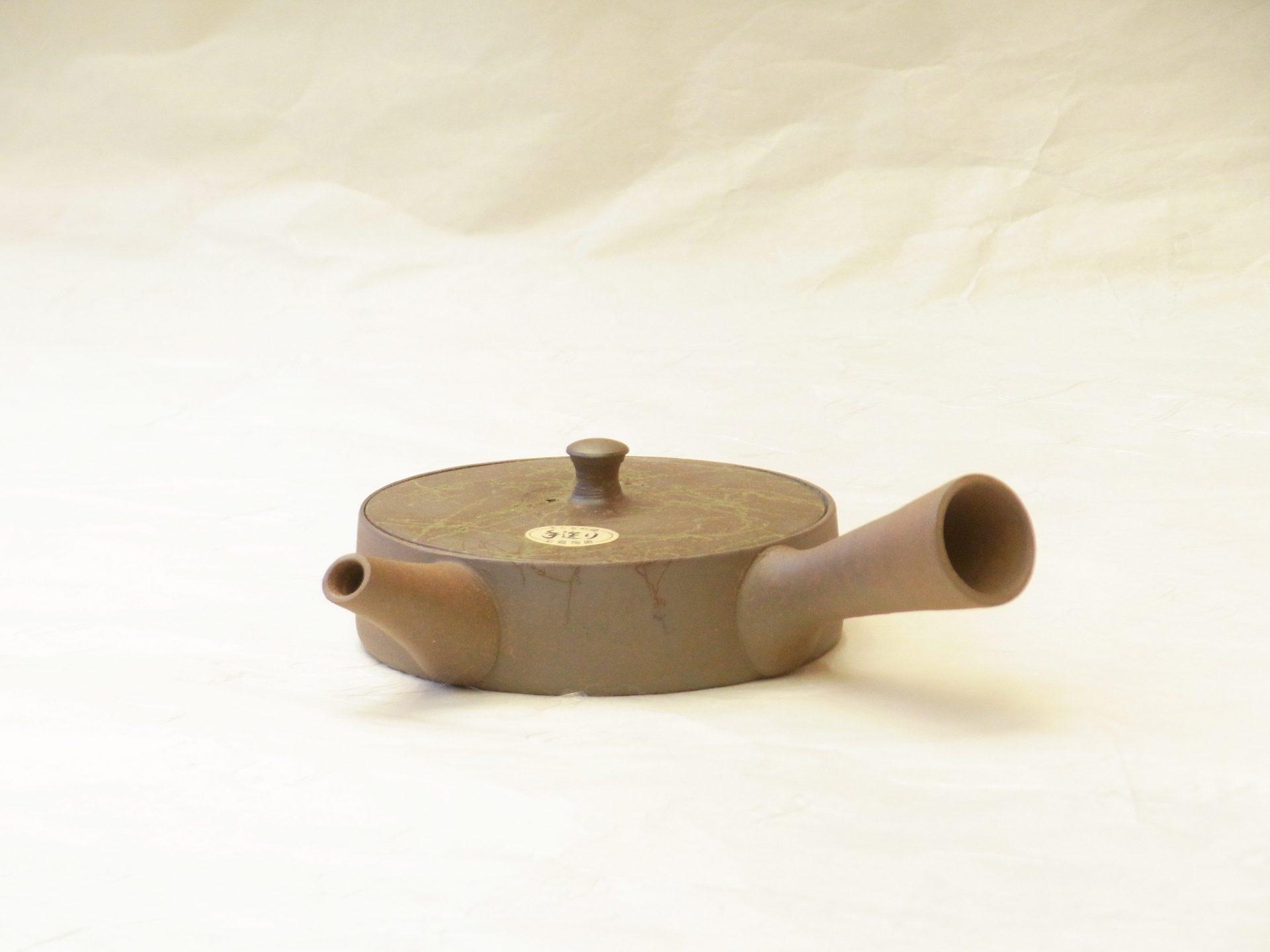 常滑焼 手づくり 究極 平型 急須 焼き締め 藻掛け 一人用 140cc お茶の味を最大限引き出す 低く 平たく作られた 究極の形 径が大きい 茶葉が最大限 早く開く 広がりもよい より美味しい お茶を抽出できる 水出し冷茶 お茶の苦み成分を抑え 甘みや旨みが多い煎茶 一人の見切りサイズ 一煎一煎 美味しいお茶 陶器製の精巧な茶こし網 急須全体 全て手づくり 熟練の職人技 急須の内側 洗いやすい 乾燥させやすい 常に清潔 衛生的 釉薬を掛けず焼成 焼き締め 常滑産の藻 巻き付けて焼く 跡が模様 常滑産の焼物ならでは 蓋が落ちにくいよう ガタつきなく きっちり作られ 注ぎ口は液だれしにくい 蓋が平たい 親指で押さえながら 片手で注ぐことが出来る 機能的 細部までよく考えられている 逸品 日本製 陶器 磁器 陶磁器 漆器 茶道具 華道具 贈り物 ギフト 記念品 引出物 法要 お返し 専門店 リアル店舗 茶の湯 茶道 裏千家 表千家 茶会 月釜 抹茶 高品質 安らぎ いやし よりおいしく 安心 機能的 長持ち 人気 おすすめ 高機能 ネット通販 ネットショップ セレクトショップ 欲しい 購入 買う 買い物 岐阜県 岐阜市 美殿町 小林漆陶 特別な 選び抜かれた 品質重視 使いやすい 格安 老舗 誕生日 結婚 出産 入学 退職 母の日 父の日 敬老の日 クリスマス プレゼント 叙勲 長寿 新築 お祝い 御礼 内祝い 外国土産 海外みやげ 実店舗 創業100年以上 使うと分かる 職人技 日本一の品揃え 日本一の在庫数 専門店 専門知識 数万点の在庫 百貨店(高島屋 三越 伊勢丹 松坂屋 大丸)にない 手作り お洒落 高級品 希少価値 上質な器 伝統工芸品 コスパ お値打ち お買い得 堅牢 飽きない 永く使える お気に入り 国産 料理が映える 満足感 豊かな食生活 豊かな食文化 こだわりの器 日本文化 他にない ここにしかない オリジナル 独自の 個性的 ここでしか買えない 超レアもの 一品もの 現品限り 入手困難 いい器 匠の技 美しい 実用的 外人が喜ぶ店 外人が珍しがる店 外人がうれしい店 日本各地の一級品を売る店 日本全国の器を売る店 本当にいいもの コスパ高い 一流品 修理 選りすぐりの逸品 周年記念 永年勤続表彰 退職記念 卒業記念 日本土産 岐阜土産 岐阜のおみやげ 岐阜の特産品 料理を引き立てる器 高級店 一流店 岐阜で一番 東海で一番 中部で一番 日本で一番 おしゃれな店 地域一番店 実店舗 陶磁器 磁器 華道具 ガラス器 明治42年創業