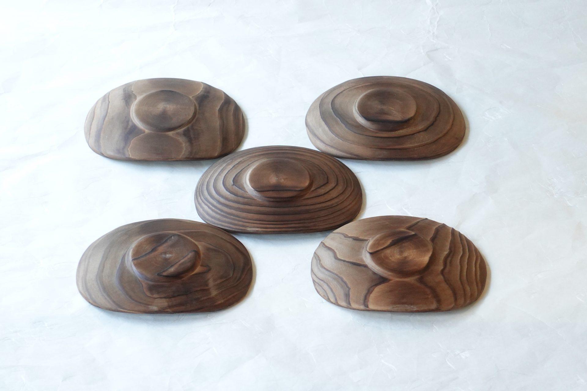 漆器 山中塗 焼杉 くりぬき 4.5寸 小判型 茶托 5客揃 杉の木 楕円形 自然の木目 ごまかしようがない 本格的 すべて木目が異なる 杉の表面を焼く 耐久性が上がる 軽い 薄手 繊細さ 高い技術 木の感触 スタイリッシュ 持ちやすい 日本製 陶器 磁器 陶磁器 漆器 茶道具 華道具 贈り物 ギフト 記念品 引出物 法要 お返し 専門店 リアル店舗 茶の湯 茶道 裏千家 表千家 茶会 月釜 抹茶 高品質 安らぎ いやし よりおいしく 安心 機能的 長持ち 人気 おすすめ 高機能 ネット通販 ネットショップ セレクトショップ 欲しい 購入 買う 買い物 岐阜県 岐阜市 美殿町 小林漆陶 特別な 選び抜かれた 品質重視 使いやすい 格安 老舗 誕生日 結婚 出産 入学 退職 母の日 父の日 敬老の日 クリスマス プレゼント 叙勲 長寿 新築 お祝い 御礼 内祝い 外国土産 海外みやげ 実店舗 創業100年以上 使うと分かる 職人技 日本一の品揃え 日本一の在庫数 専門店 専門知識 数万点の在庫 百貨店(高島屋 三越 伊勢丹 松坂屋 大丸)にない 手作り お洒落 高級品 希少価値 上質な器 伝統工芸品 コスパ お値打ち お買い得 堅牢 飽きない 永く使える お気に入り 国産 料理が映える 満足感 豊かな食生活 豊かな食文化 こだわりの器 日本文化 他にない ここにしかない オリジナル 独自の 個性的 ここでしか買えない 超レアもの 一品もの 現品限り 入手困難 いい器 匠の技 美しい 実用的 外人が喜ぶ店 外人が珍しがる店 外人がうれしい店 日本各地の一級品を売る店 日本全国の器を売る店 本当にいいもの コスパ高い 一流品 修理 選りすぐりの逸品 周年記念 永年勤続表彰 退職記念 卒業記念 日本土産 岐阜土産 岐阜のおみやげ 岐阜の特産品 料理を引き立てる器 高級店 一流店 岐阜で一番 東海で一番 中部で一番 日本で一番 おしゃれな店 地域一番店 実店舗