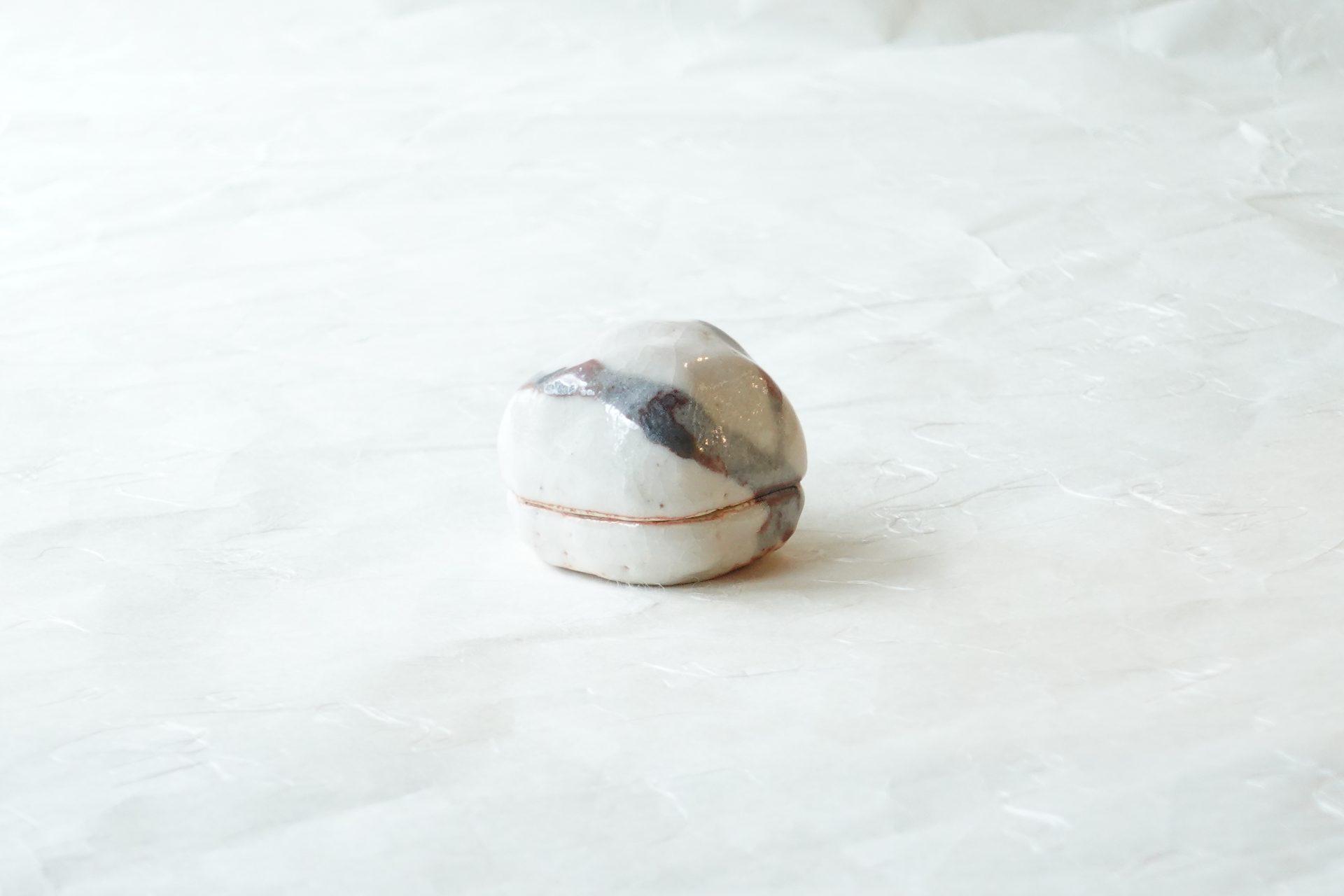 茶道具 茶の湯 茶道 美濃焼 林孝太郎 志野 香合 香を入れる蓋付きの器 炭点前 床の間に飾る 炉の時季 練り香 鑑賞の対象 多くの種類 美濃焼を代表 白志野 鉄絵 表面に艶 ピンホール 貫入 こんもりとした形 温かみ ぽってりと 志野の良さ 逸品 日本製 陶器 磁器 陶磁器 漆器 茶道具 華道具 贈り物 ギフト 記念品 引出物 法要 お返し 専門店 リアル店舗 茶の湯 茶道 裏千家 表千家 茶会 月釜 抹茶 高品質 安らぎ いやし よりおいしく 安心 機能的 長持ち 人気 おすすめ 高機能 ネット通販 ネットショップ セレクトショップ 欲しい 購入 買う 買い物 岐阜県 岐阜市 美殿町 小林漆陶 特別な 選び抜かれた 品質重視 使いやすい 格安 老舗 誕生日 結婚 出産 入学 退職 母の日 父の日 敬老の日 クリスマス プレゼント 叙勲 長寿 新築 お祝い 御礼 内祝い 外国土産 海外みやげ 実店舗 創業100年以上 使うと分かる 職人技 日本一の品揃え 日本一の在庫数 専門店 専門知識 数万点の在庫 百貨店(高島屋 三越 伊勢丹 松坂屋 大丸)にない 手作り お洒落 高級品 希少価値 上質な器 伝統工芸品 コスパ お値打ち お買い得 堅牢 飽きない 永く使える お気に入り 国産 料理が映える 満足感 豊かな食生活 豊かな食文化 こだわりの器 日本文化 他にない ここにしかない オリジナル 独自の 個性的 ここでしか買えない 超レアもの 一品もの 現品限り 入手困難 いい器 匠の技 美しい 実用的 外人が喜ぶ店 外人が珍しがる店 外人がうれしい店 日本各地の一級品を売る店 日本全国の器を売る店 本当にいいもの コスパ高い 一流品 修理 選りすぐりの逸品 周年記念 永年勤続表彰 退職記念 卒業記念 日本土産 岐阜土産 岐阜のおみやげ 岐阜の特産品 料理を引き立てる器 高級店 一流店 岐阜で一番 東海で一番 中部で一番 日本で一番 おしゃれな店 地域一番店 実店舗