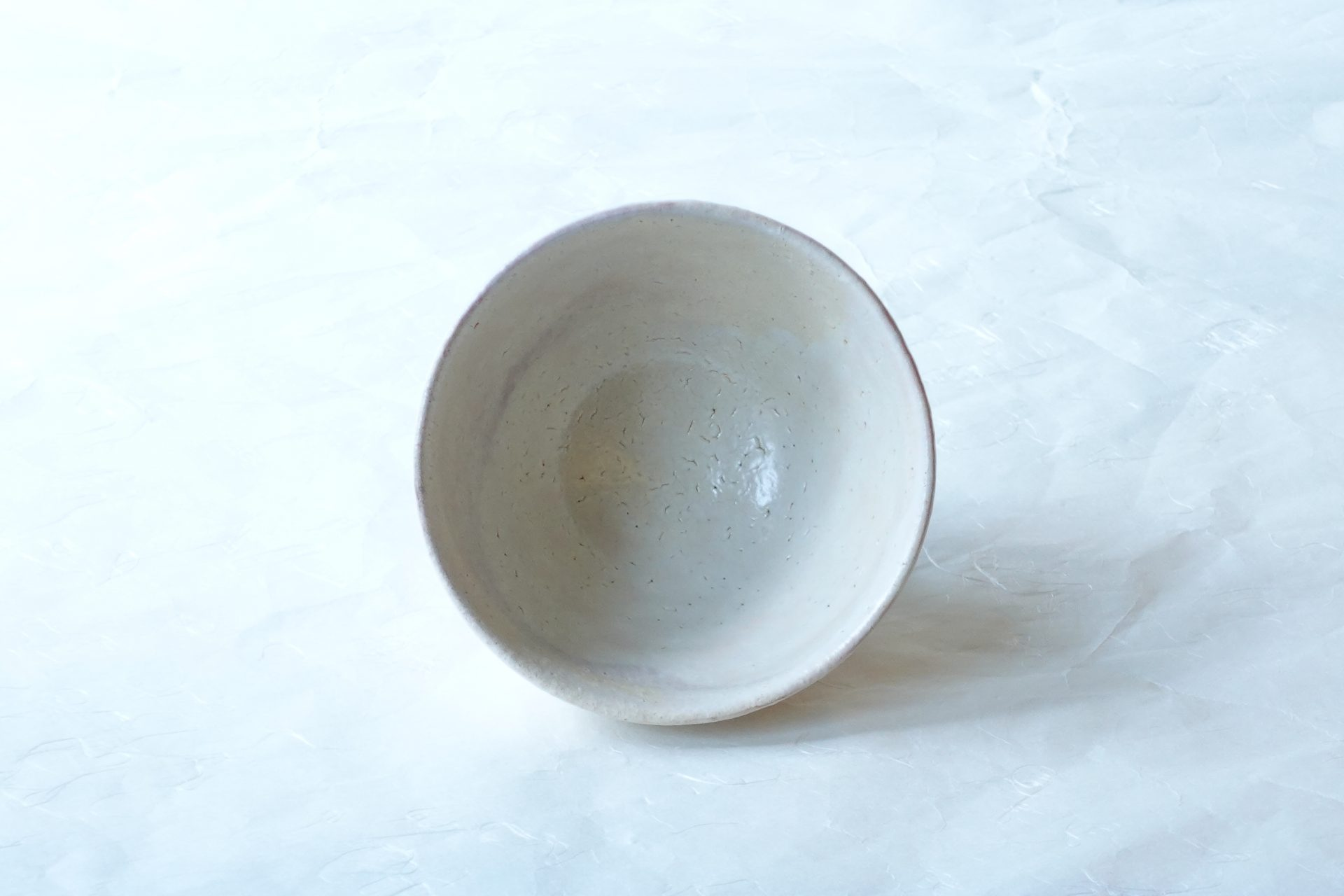 茶道具 茶の湯 茶道 萩焼 林紅陽 大井戸茶碗 朝鮮茶碗の一種 朝鮮茶碗の中で第一等唐物茶碗の王者 赤褐色 荒目の土 ろくろ目 竹節高台 削り出し高台 乳白色の釉薬 大ぶりで背が高い 名物が多い 薄いベージュ 貫入 釉薬の亀裂 ピンホール 点在 正面 釉薬の垂れ 白っぽい 明るい印象 萩の七変化 永く使える 逸品 日本製 陶器 磁器 陶磁器 漆器 茶道具 華道具 贈り物 ギフト 記念品 引出物 法要 お返し 専門店 リアル店舗 茶の湯 茶道 裏千家 表千家 茶会 月釜 抹茶 高品質 安らぎ いやし よりおいしく 安心 機能的 長持ち 人気 おすすめ 高機能 ネット通販 ネットショップ セレクトショップ 欲しい 購入 買う 買い物 岐阜県 岐阜市 美殿町 小林漆陶 特別な 選び抜かれた 品質重視 使いやすい 格安 老舗 誕生日 結婚 出産 入学 退職 母の日 父の日 敬老の日 クリスマス プレゼント 叙勲 長寿 新築 お祝い 御礼 内祝い 外国土産 海外みやげ 実店舗 創業100年以上 使うと分かる 職人技 日本一の品揃え 日本一の在庫数 専門店 専門知識 数万点の在庫 百貨店(高島屋 三越 伊勢丹 松坂屋 大丸)にない 手作り お洒落 高級品 希少価値 上質な器 伝統工芸品 コスパ お値打ち お買い得 堅牢 飽きない 永く使える お気に入り 国産 料理が映える 満足感 豊かな食生活 豊かな食文化 こだわりの器 日本文化 他にない ここにしかない オリジナル 独自の 個性的 ここでしか買えない 超レアもの 一品もの 現品限り 入手困難 いい器 匠の技 美しい 実用的 外人が喜ぶ店 外人が珍しがる店 外人がうれしい店 日本各地の一級品を売る店 日本全国の器を売る店 本当にいいもの コスパ高い 一流品 修理 選りすぐりの逸品 周年記念 永年勤続表彰 退職記念 卒業記念 日本土産 岐阜土産 岐阜のおみやげ 岐阜の特産品 料理を引き立てる器 高級店 一流店 岐阜で一番 東海で一番 中部で一番 日本で一番 おしゃれな店 地域一番店 実店舗 陶磁器