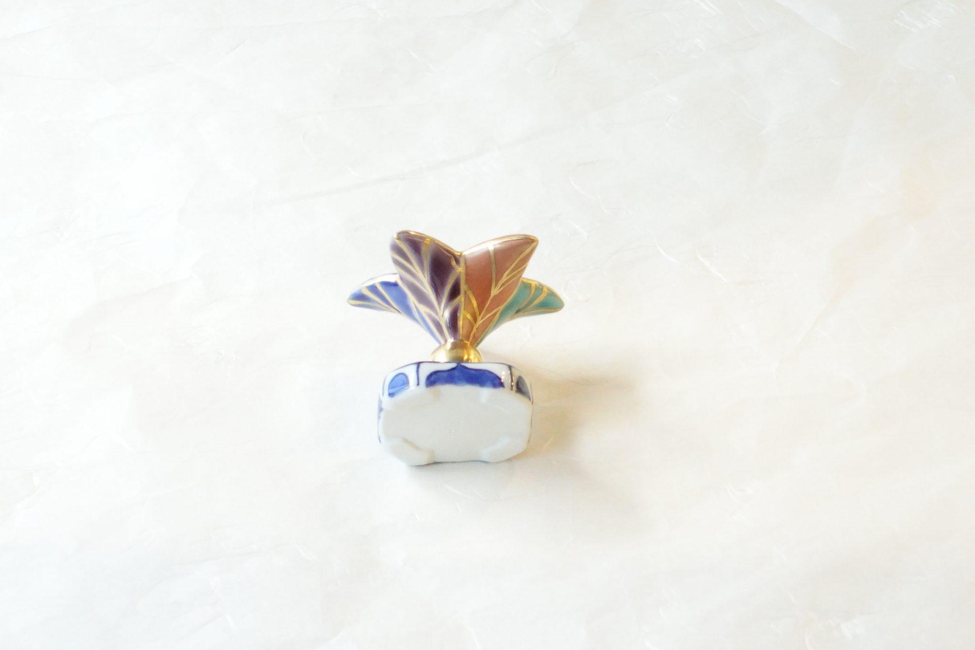 茶道具 茶の湯 茶道 昭阿弥 蓋置 つくばね 色絵 釜の蓋を置く 柄杓を置く 正月 羽子板で打つ 新春らしい カラフル きれいな色 金色 豪華 台座 染付 対照的 引き立て合う