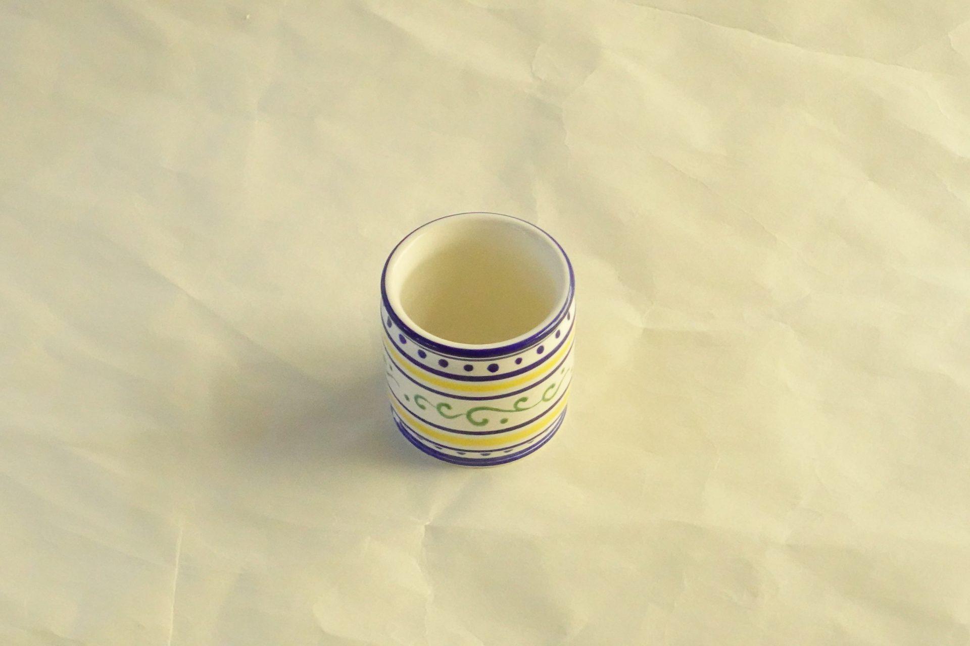 真葛香斎 オランダ 和蘭 蓋置 茶道 釜の蓋 柄杓を引く 茶会のテーマ 季節 目立つ なくてはならない存在 江戸時代 オランダ船 紅毛 白磁 藍色 黄色 緑色 絵筆 生き生き ヨーロッパの雰囲気 波紋 一珍の技法 絵柄浮き上がって 立体的 さわやか すがすがしさを感じる 逸品