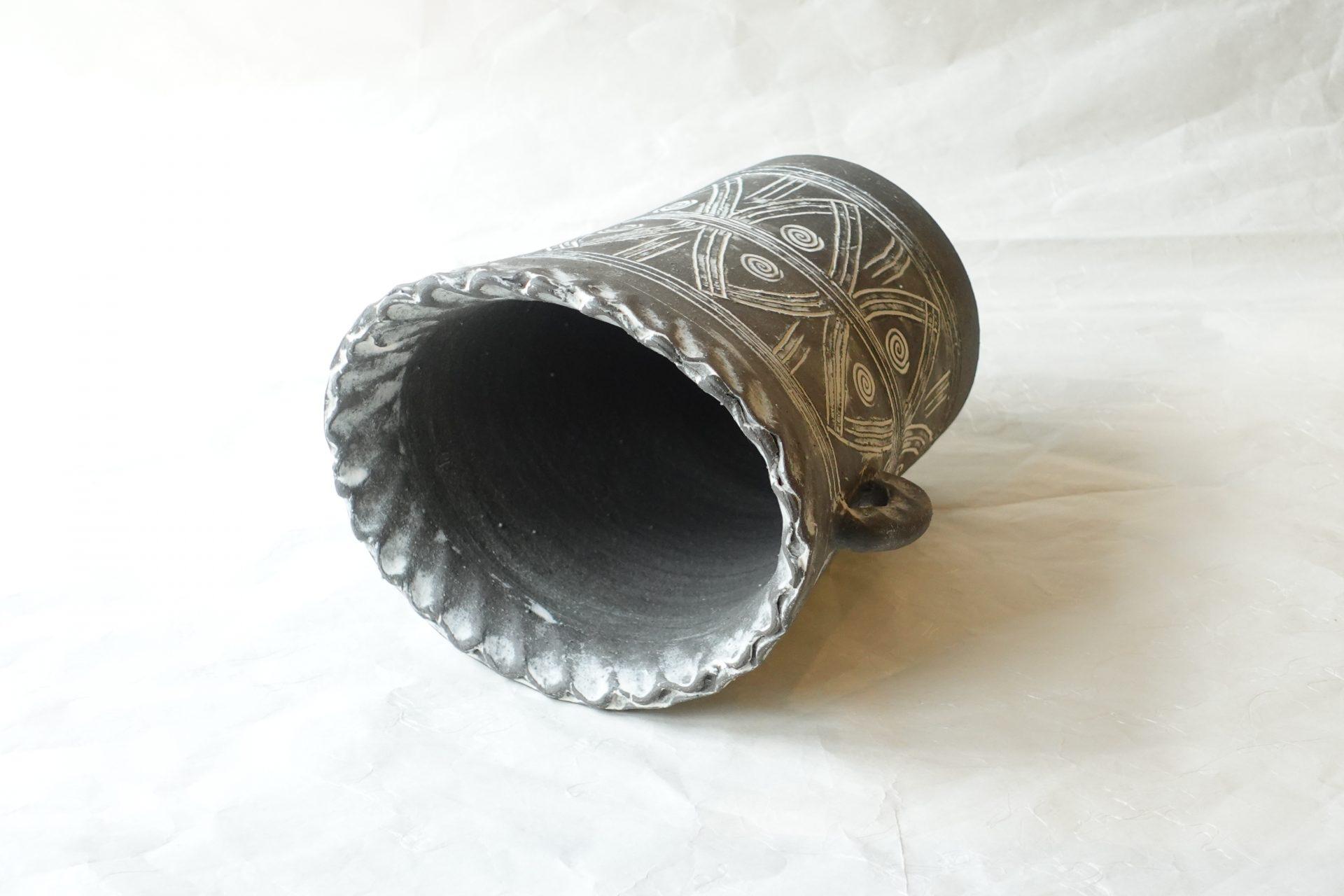 陶器 信楽焼 耳付き 花瓶 アラベスク調 黒土 ろくろ 成形 楕円形 削り 幾何学文 手彫り 古代 中近東 珍しい グレー系の花器 花の色と合う オブジェ 無国籍 おしゃれな花器