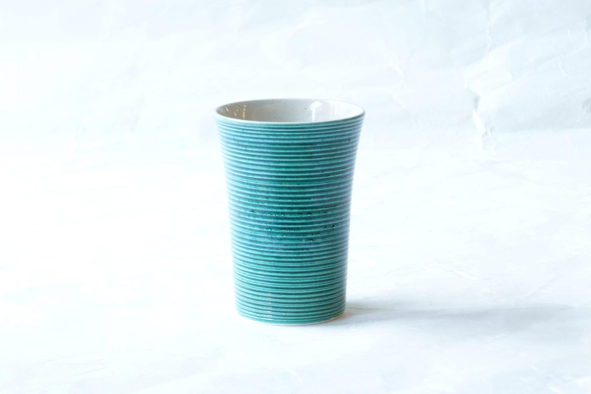 陶器 清水焼 手づくり 湯呑み 千筋 緑交趾 ろくろ挽き 手作業 彫り 立体的 凹凸  鮮やか こっくりとした 深い色 きれいな色 シンプル 艶 スリム 軽量 コンパクト 雰囲気 品格 飲みやすい すっきり