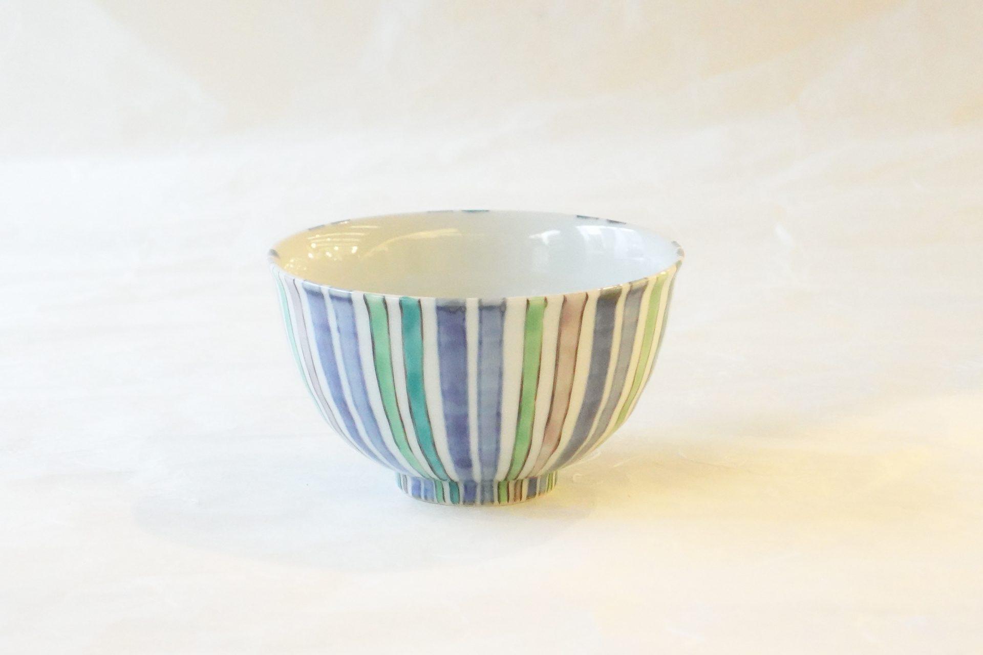 陶磁器 有田焼 ご飯茶碗 小鉢 どちらも使える 高台 羽反り 飯碗 深さ 磁器製 生地が厚め 耐久性 汁物 一品料理 複数の色 大変な手間 手描き 味わい 風合い 料理を引き立てる 機能的 デザイン さわやか