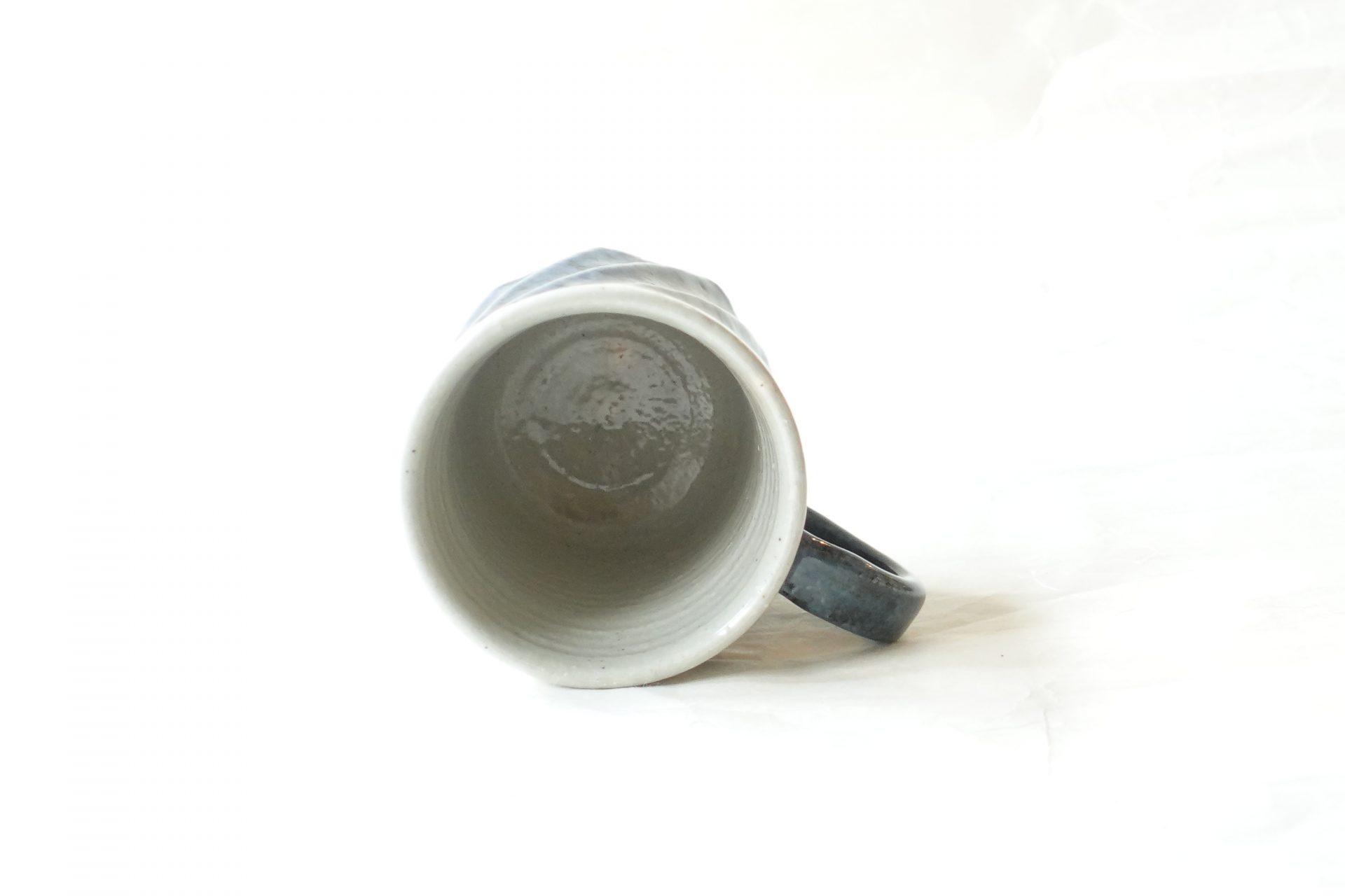 陶器 清水焼 手づくり マグカップ ろくろ挽き 捻り 削ぎ 呉須 ツートン ろくろ目 どっしり 安定 シンプル 飽きの来ない 造形 デザイン 永く使えるマグカップ 扱いやすい