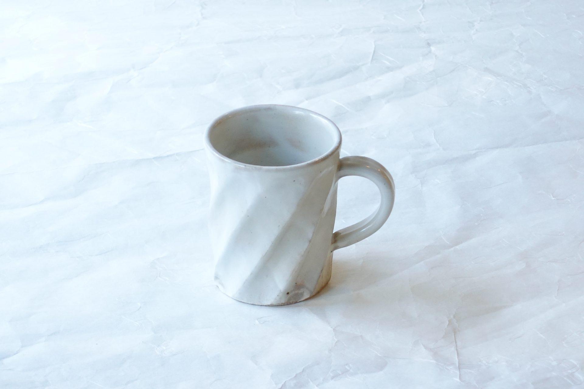 陶器 清水焼 粉引 捻り 手づくり マグカップ ろくろ挽き 削ぎ 厚み どっしり 安定 飽きが来ない 永く使える 扱いやすい