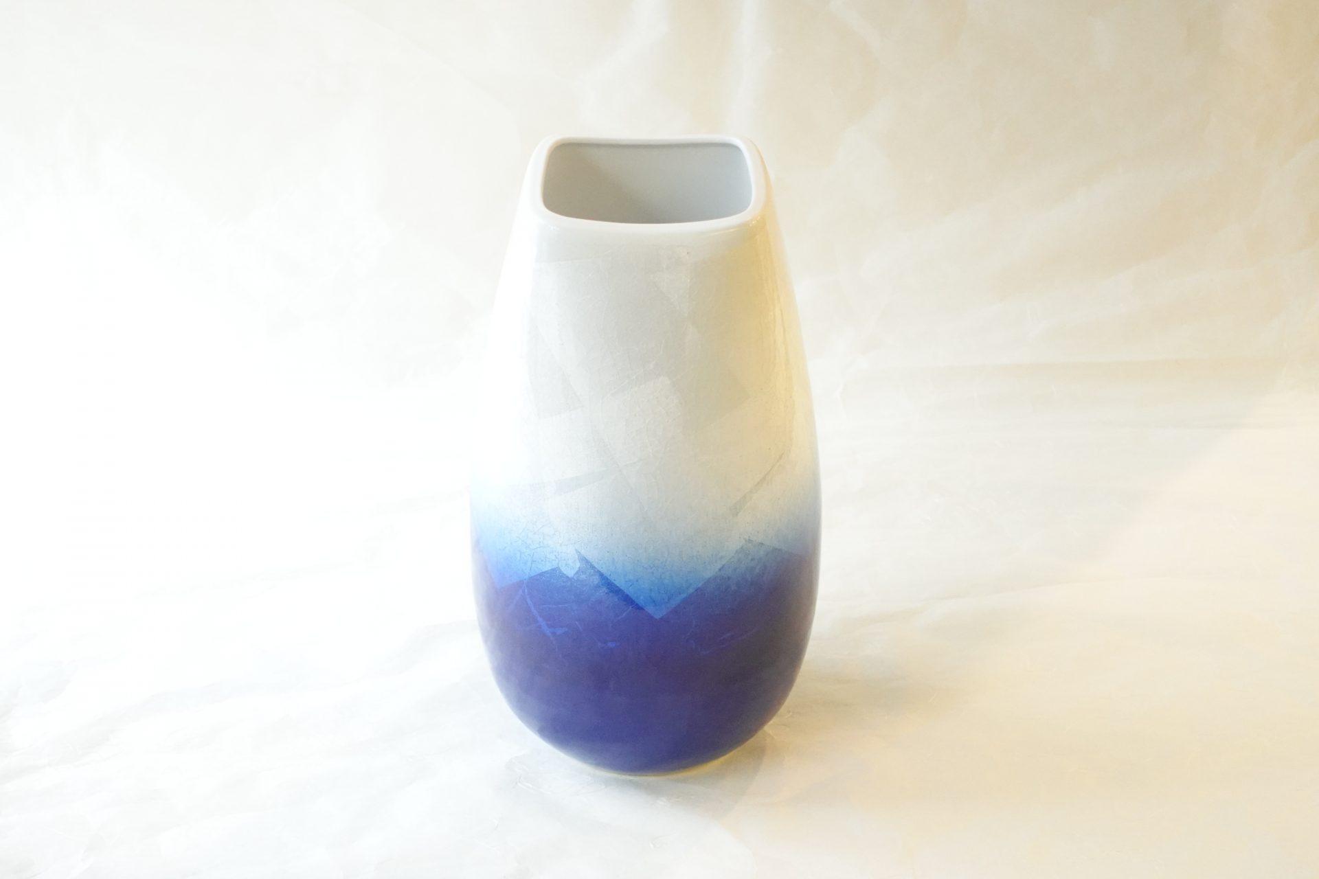 陶磁器 九谷焼 口角 ナツメ型 銀彩 花瓶 9寸 珍しい形 銀箔 美しい風合い 貫入 釉薬の細かいひび 陶器らしい表情 濃いブルー ツートンカラー 現代調のデザイン さわやか シンプル 花を引き立てる 花束 投げ入れ 花入れ