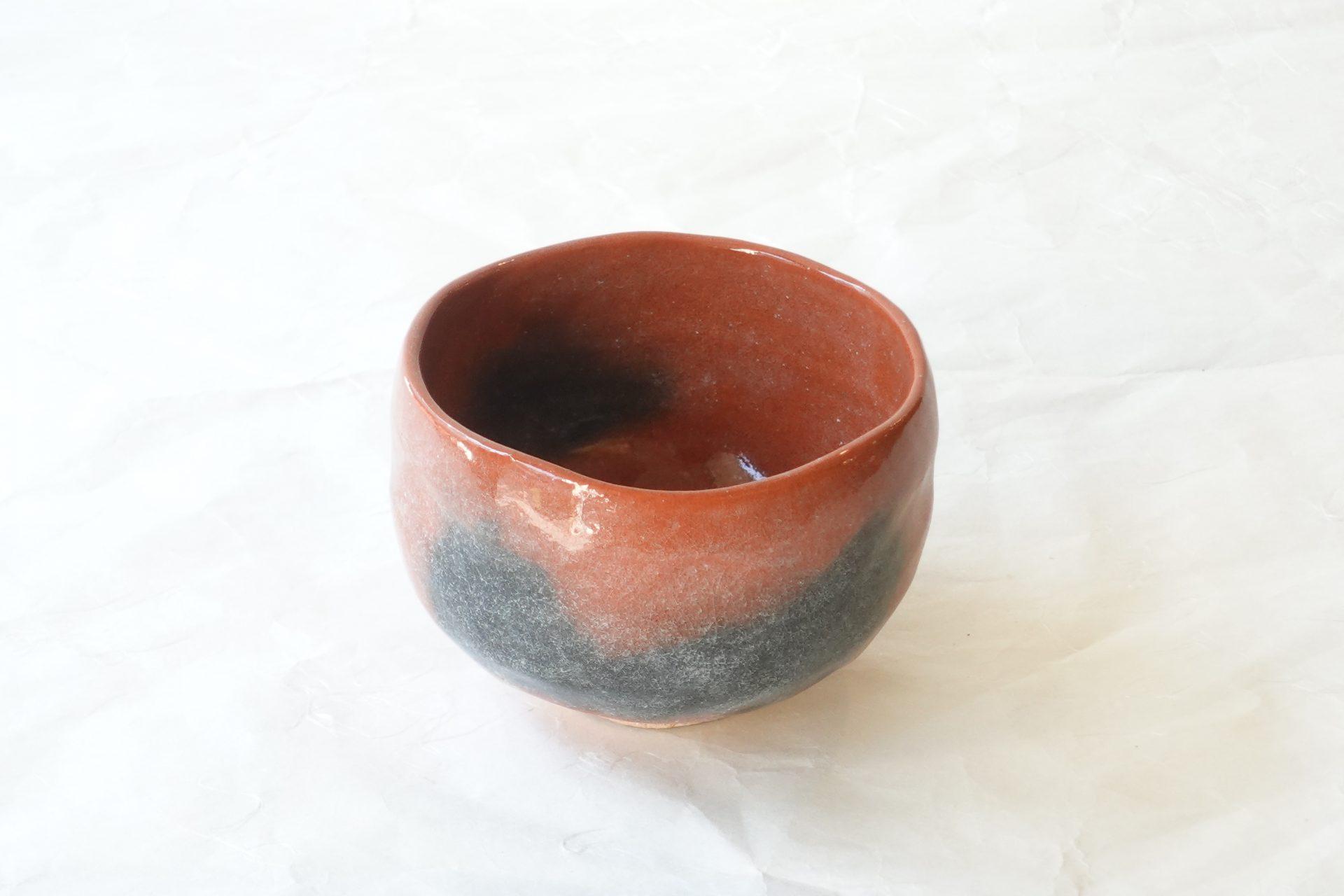 茶道具 茶の湯 茶道 園部玄哉 赤楽 抹茶碗 楽焼 茶道の精神に合致 温雅静寂の趣き 丸い形 やさしい印象 やや大きめ 薄手 軽い 削ぎ しっくり 手に馴染む 透明な釉薬 貫入 独自の作り方