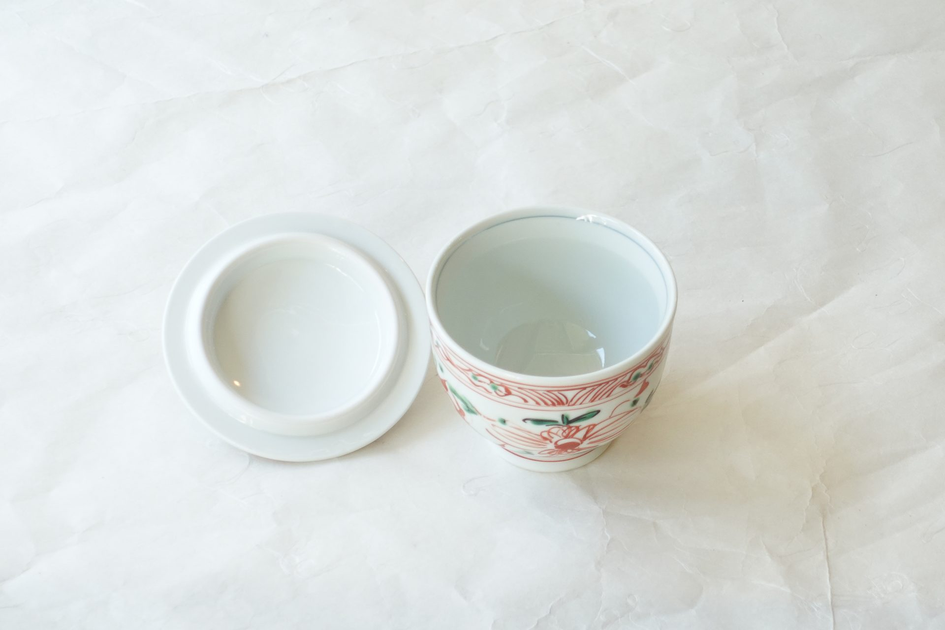 陶磁器 有田焼 赤絵 蓋付き湯呑  五客揃え 赤絵 手描き 技術 手間 白磁 緑釉 映える 普通の湯呑としても使える コンパクト リーズナブル 逸品