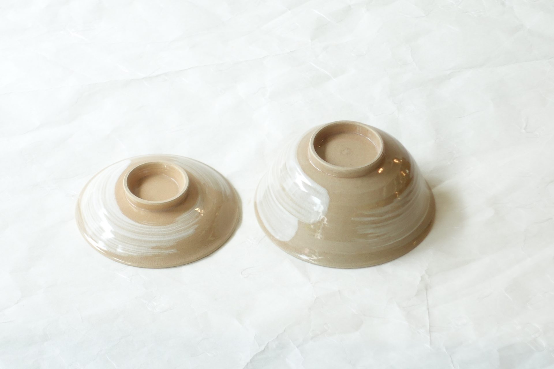 陶器 清水焼 手づくり 蓋付飯碗 ろくろ挽き 刷毛目 シンプル デザイン 職人 ご飯茶碗 小ぶり 平たい 羽反り 食べやすい 小鉢 蓋 小皿 二役 土物の温かみ 品格