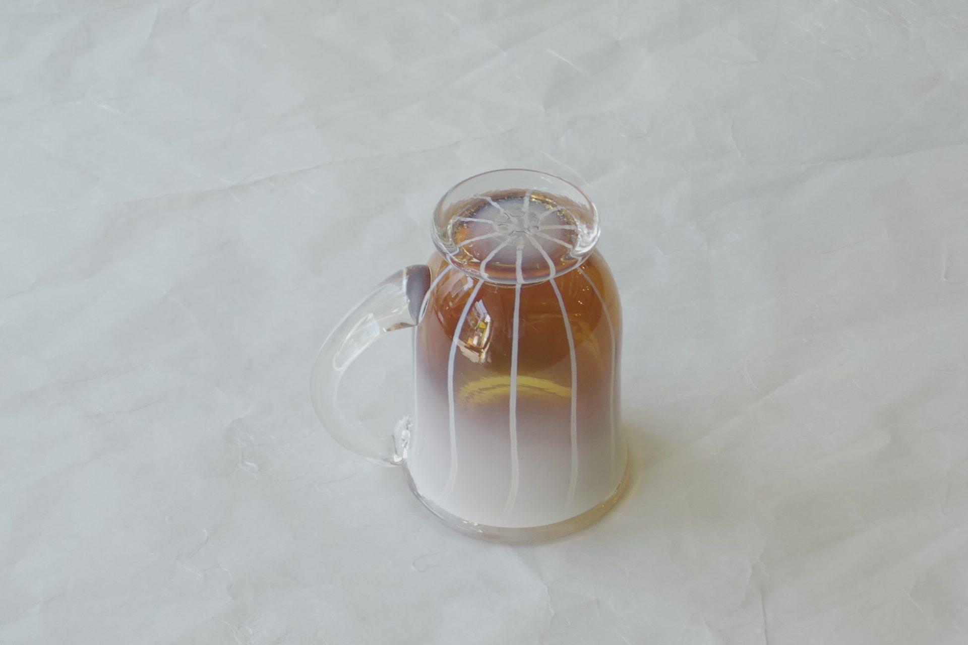 日本製 耐熱ガラス マグカップ ハンドメイド 手づくり ガラス器 窯変 ホワイト アンバー ストライプ グラデーション 美しい色彩 芸術 持ち手 握りやすい 飲みやすい 反った口作り 低めの高台 安定 使いやすい 硬い 欠けにくい