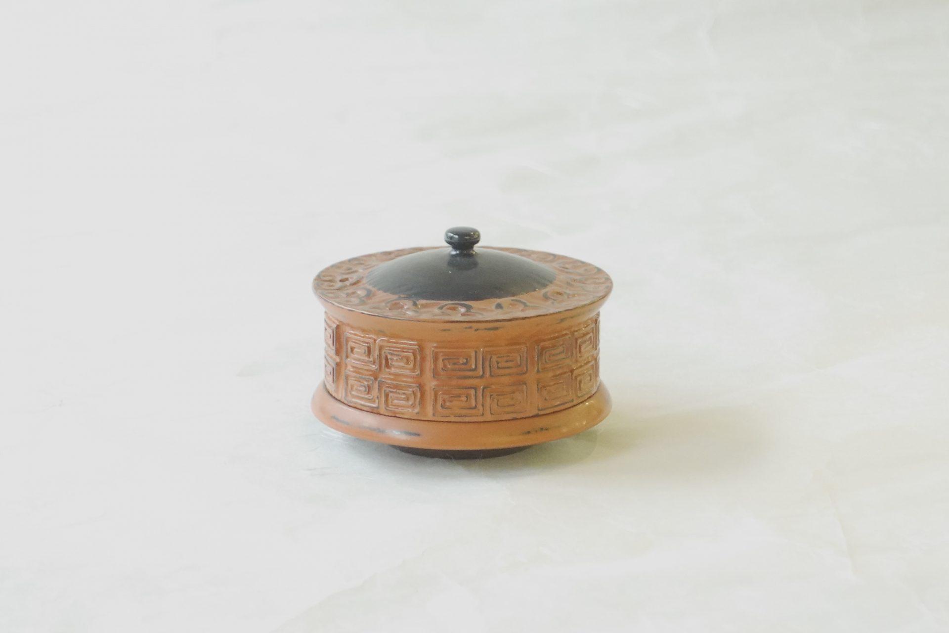 茶道具 茶の湯 茶道 土井義峰 天川香合 あまかわ 中国広東省マカオ 舶載された漆器 雷紋 彫 研ぎ出してある 紀州の根来塗のような技法 茶色のうるし 異国の風情 珍しい造形の香合