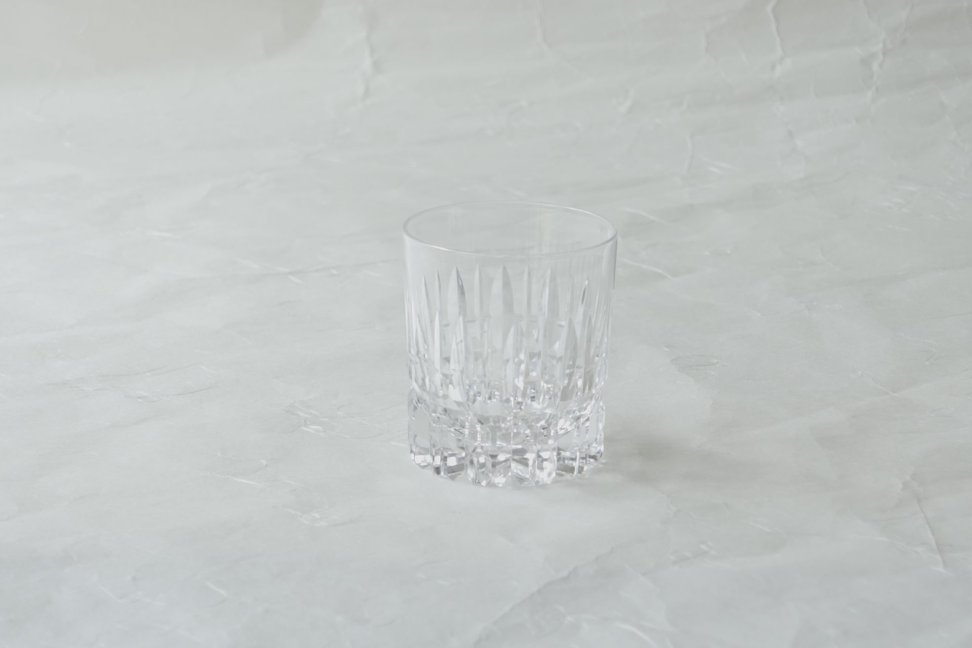 ガラス器 日本製 ハンドカット ミニグラス クリスタルガラス 精選 高純度の原料 高い透明度 美しい輝き 澄んだ音色 酸化亜鉛を添加 水晶のように輝く 透明なガラス 余韻が残る音色 重量感 重厚感 高級感 精巧な作り 江戸切子と同じ高い技術 こだわったグラス 最上級 冷酒杯 食前酒 ウイスキー 紹興酒 ストレートのお酒 濃い目のアルコール