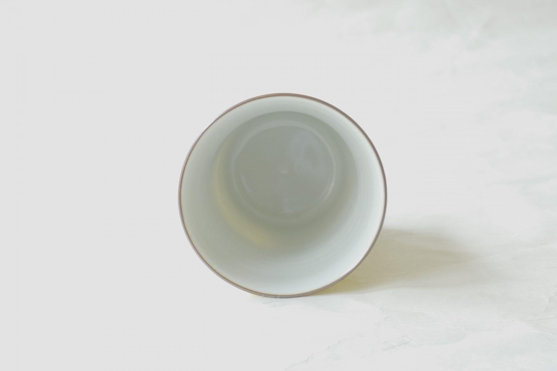 陶磁器 清水焼 黄交趾 フリーカップ 鮮やか こっくり 深い黄色 きれいな色 深い色 シンプルなデザイン 艶 輝いて見える 細い線 立体的 不規則 デザイン 滑り止め ちょうどいいサイズ 様々な飲み物 羽反り型 飲みやすい 握りやすい 安定 磁器製 焼きが硬い 欠けにくく 割れにくい
