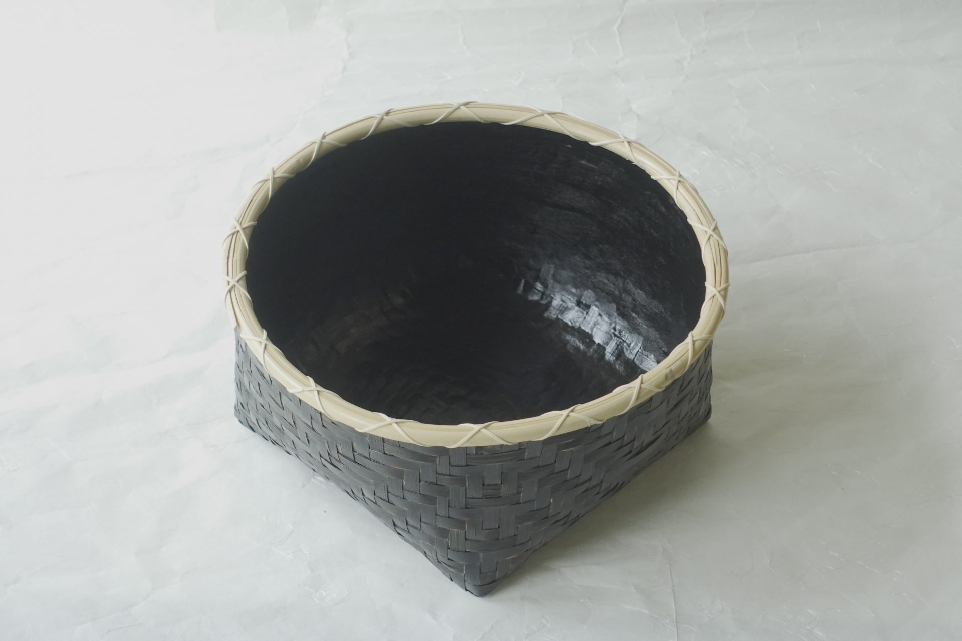 茶道 茶の湯 茶道具 日本製 炭斗 すみとり 風炉用 炭点前 利休形 基本的な形 染竹 侘びた雰囲気 白竹 5月から10月まで 小さい 小ぶり 底は平ら 多くのもの 安定 軽い 割れない