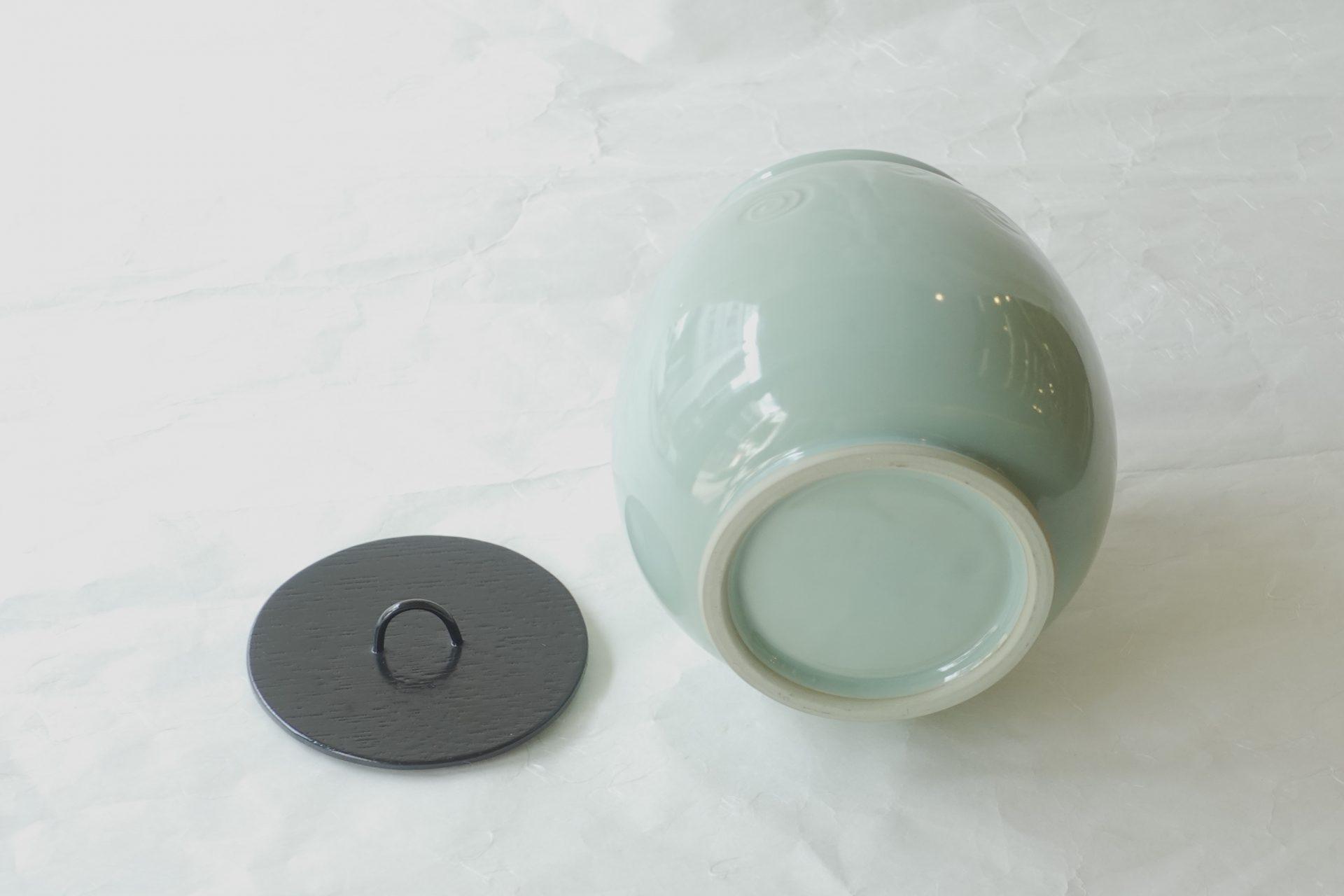 茶道具 茶の湯 茶道 裏千家 十四世 淡々斎 好み写し 手塚祥堂 水指 青磁 美しい色 渦紋 彫り バランスがいい コンパクトにまとまった 品のある形 よく映える 格が高い 合わせやすい 汎用性が高い