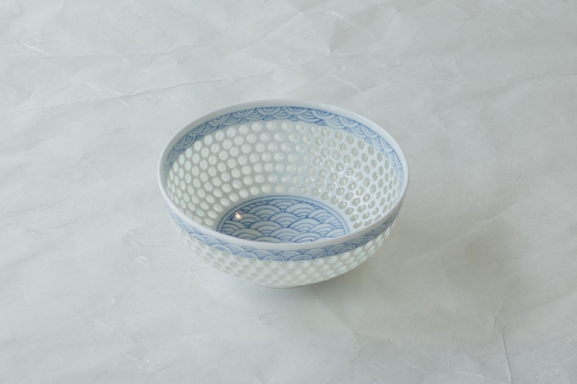陶磁器 有田焼 水晶彫り ご飯茶碗 飯碗 ガラス釉 生地に穴を空ける 水晶のように美しい 熟練の職人 手作業 大変な手間 高度な技術 良質な磁器 高温焼成 青海波 涼し気 手描き さわやか 軽い 持ちやすい 使いやすい 逸品
