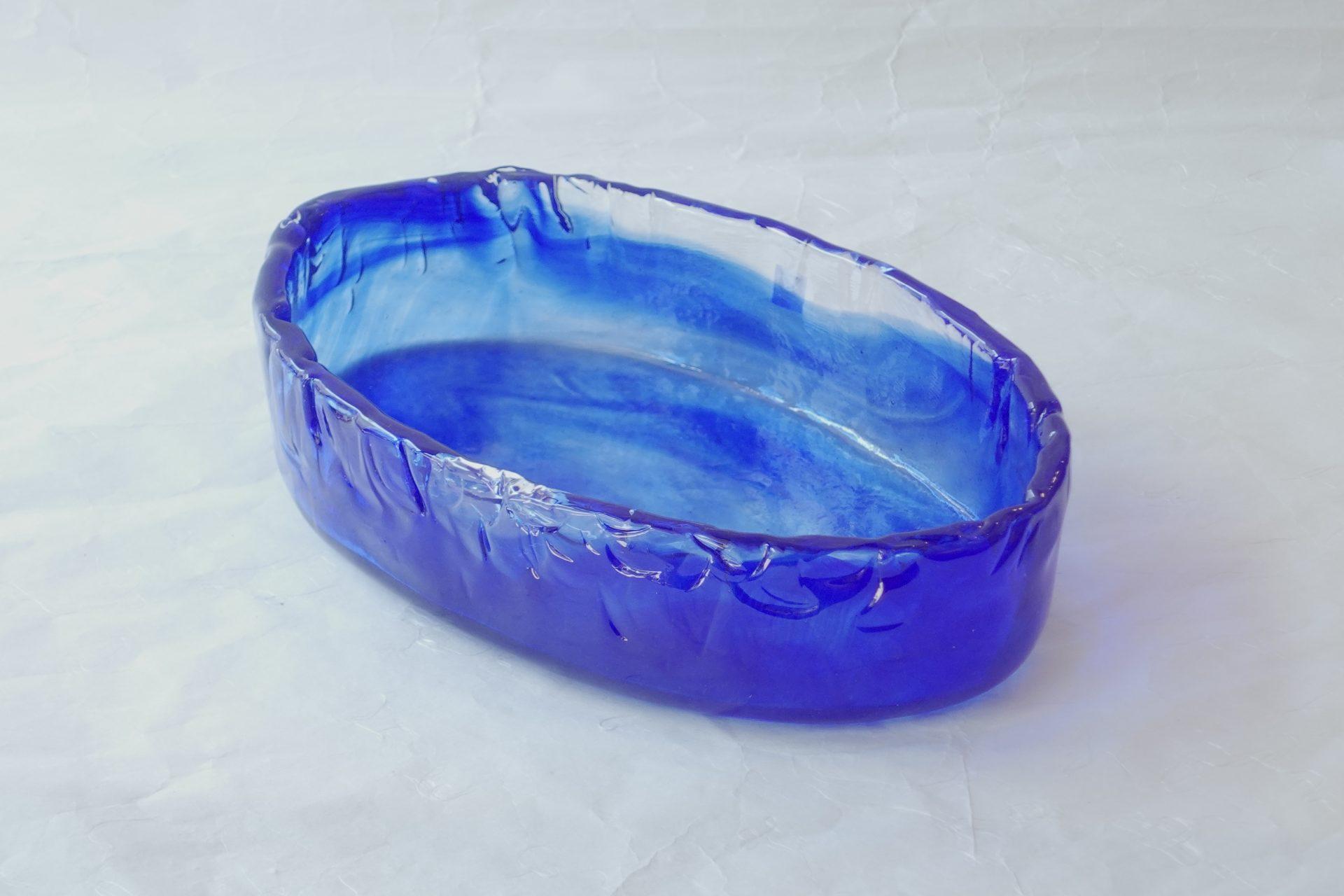 ガラス 日本製 手づくり 水盤 花器 ガラス職人 味わいある ルリ色 自然の文様 涼し気 ハンドメイド 楕円形 本格的 花を活ける 生け花 シンプル 汎用性が高い どっしり 存在感 お洒落